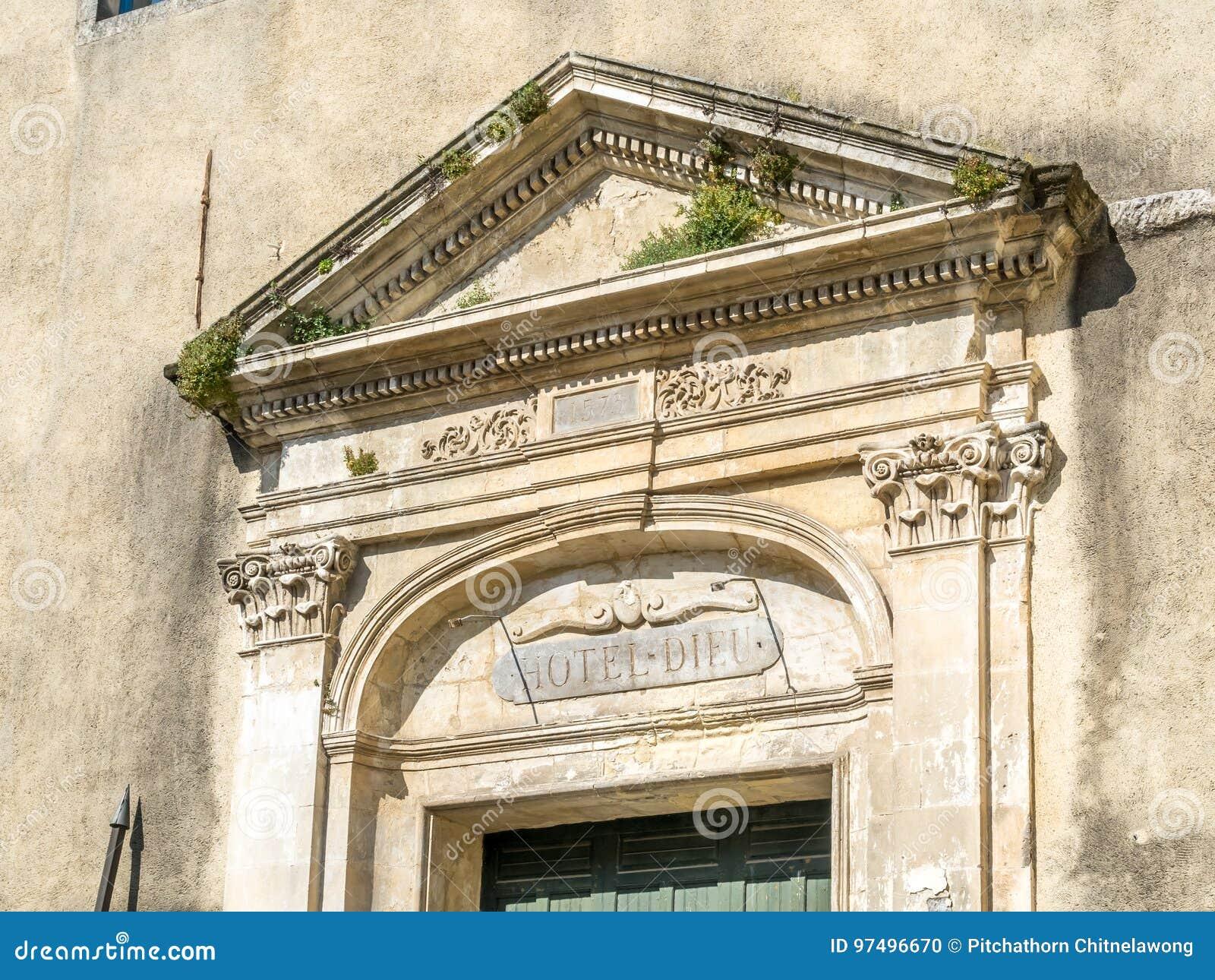 Arco della porta in Arles, Francia