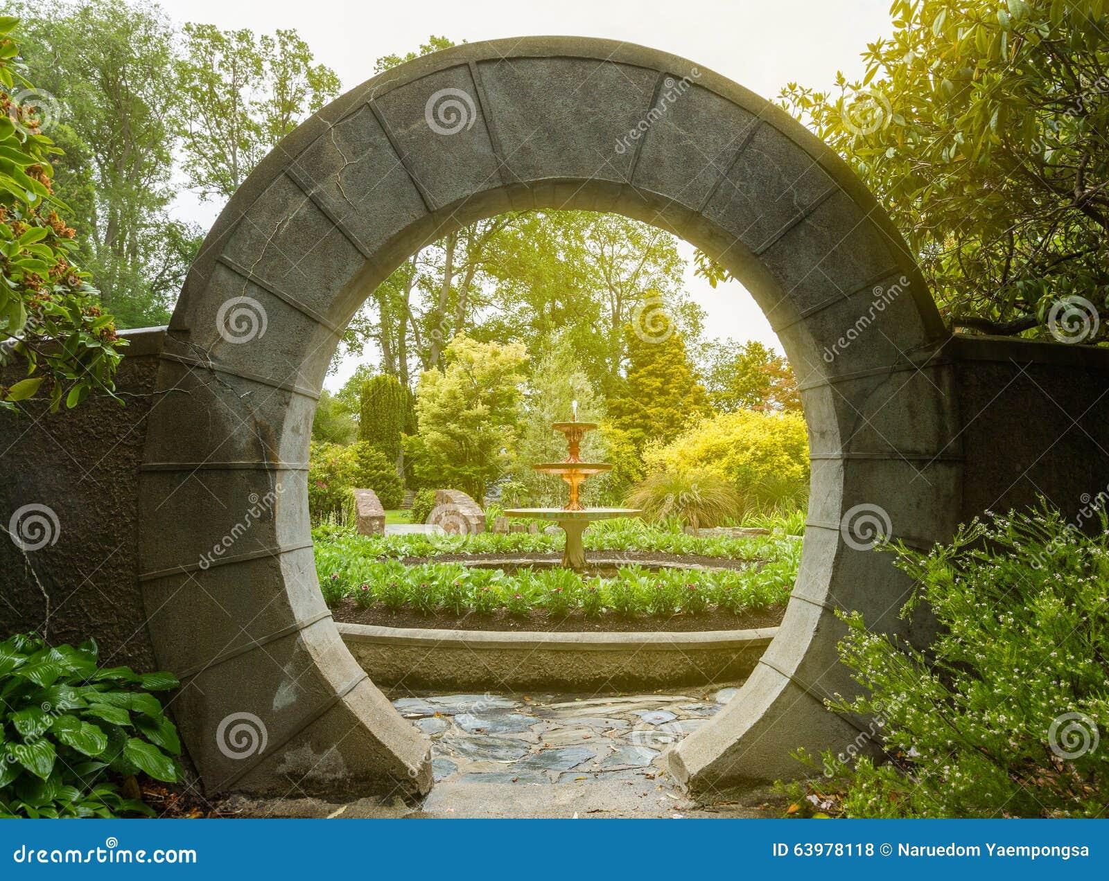 Arco di pietra nel giardino fotografia stock immagine for Arco decorativo giardino