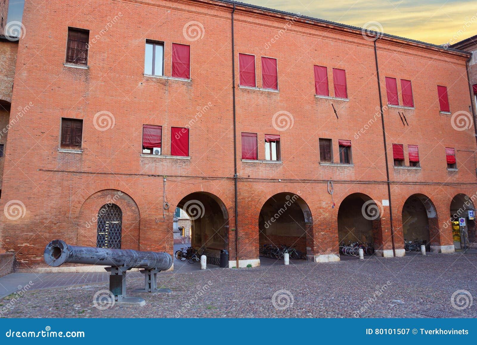 Arco do castelo de Castello Estense e do canhão de Regina