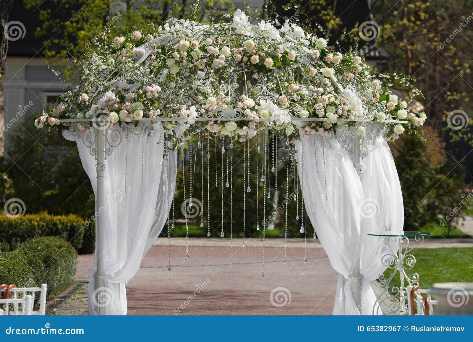 arco en el jardn para la ceremonia de boda