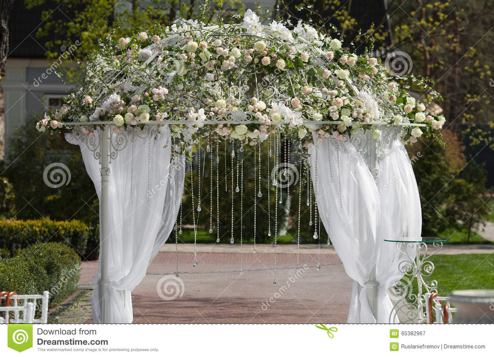 Arco en el jard n para la ceremonia de boda foto de for Arco decorativo jardin
