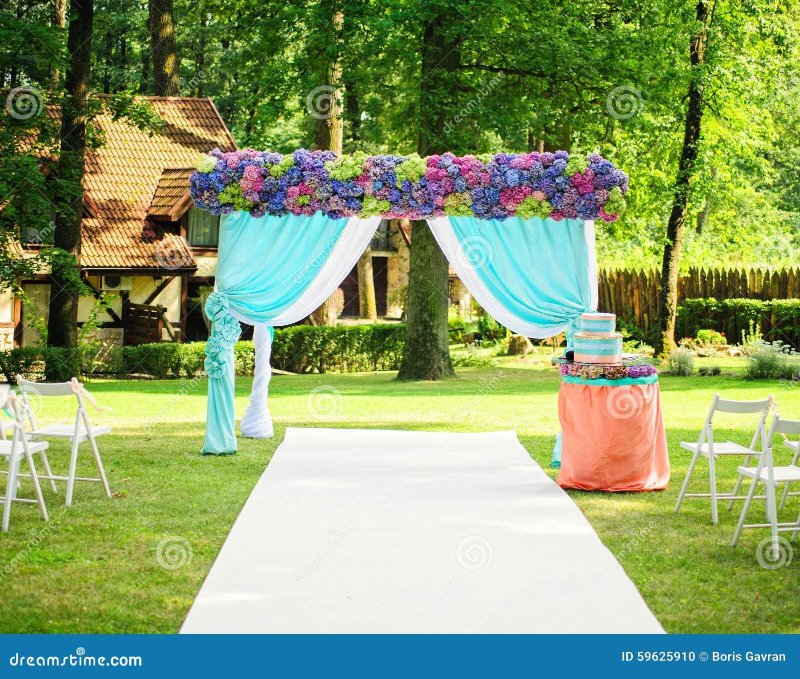 Arco hermoso de la boda con las flores en jard n foto de for Arco decorativo jardin
