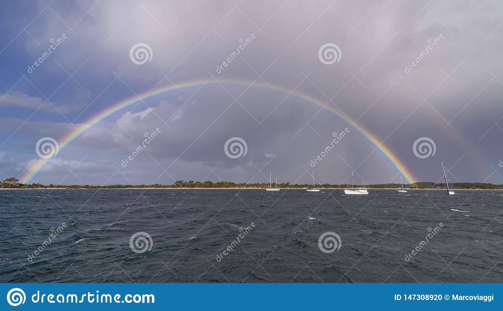 Arco iris completo magnífico en la costa de la isla del canguro, Australia meridional
