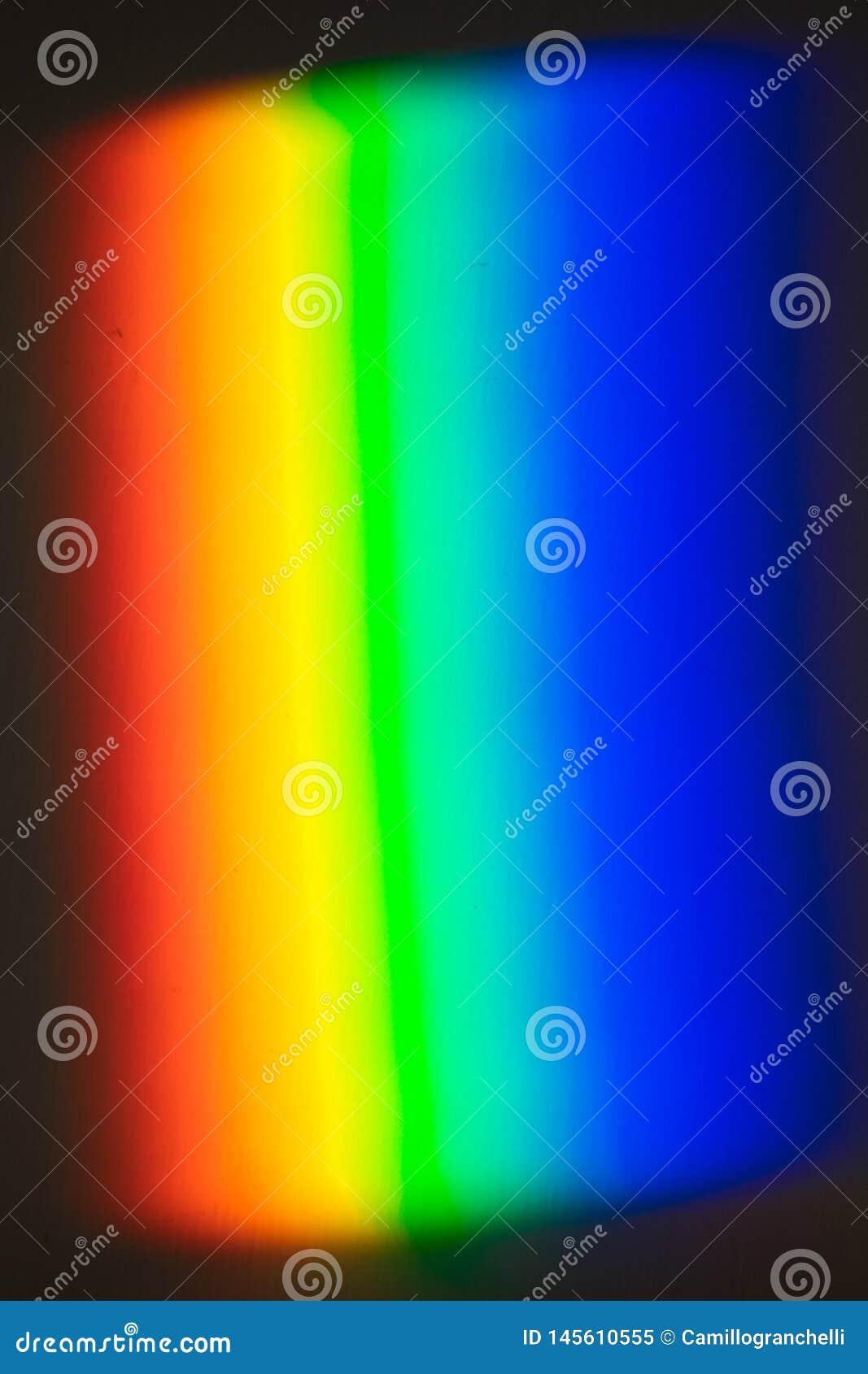 Arco iris creado con la prisma, luz proyectada en la pared