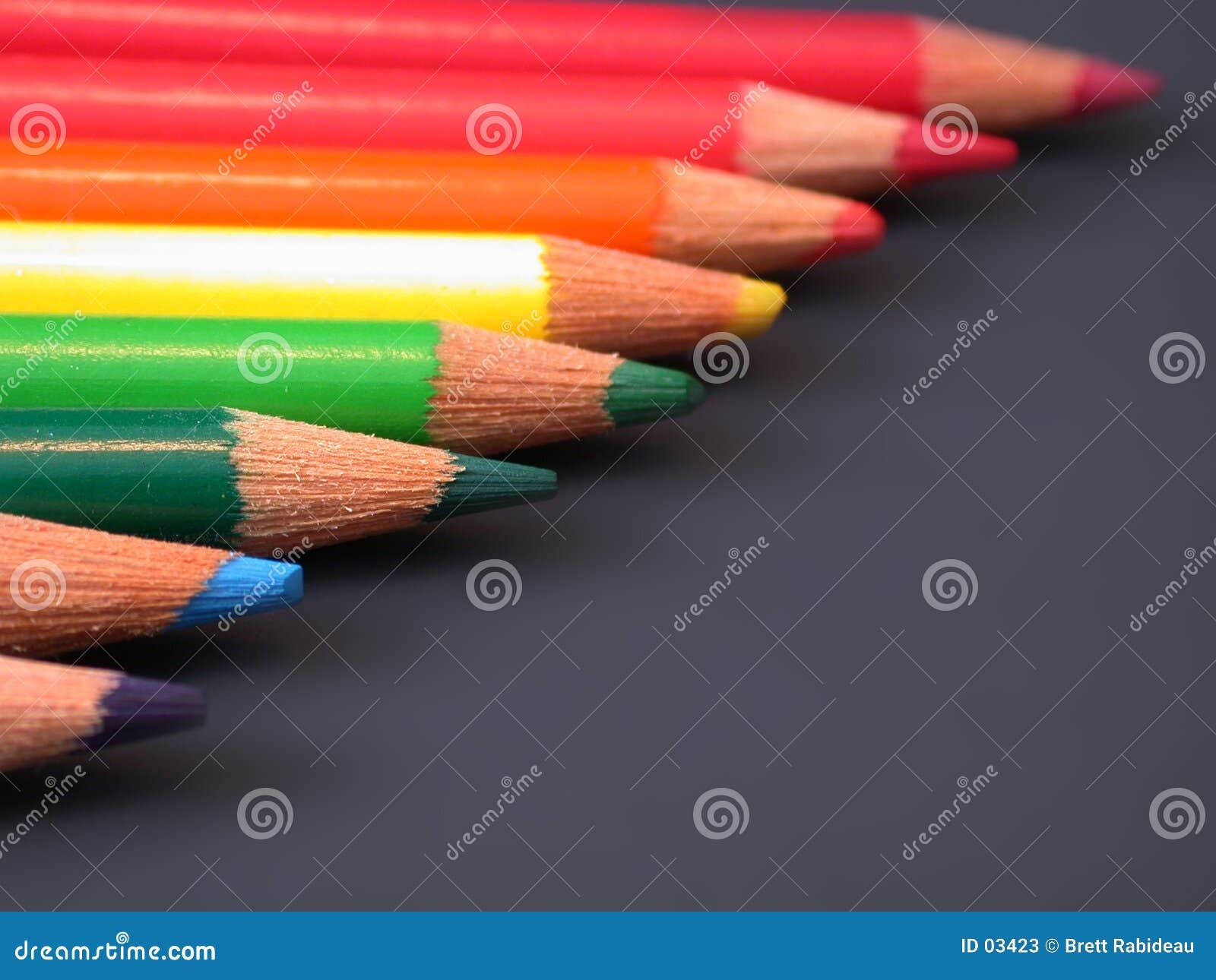 Arco iris de lápices coloreados