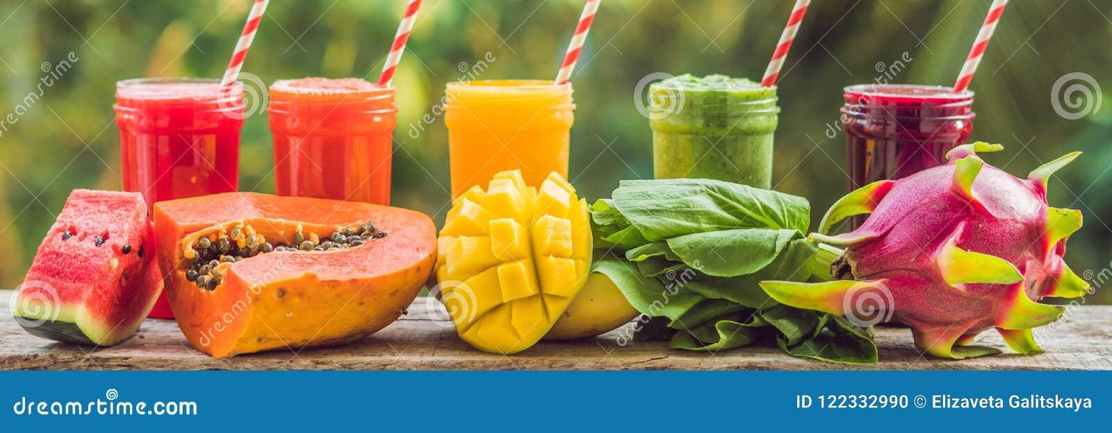 Arco iris de los smoothies La sandía, la papaya, el mango, la espinaca y el dragón dan fruto Los Smoothies, jugos, bebidas, beben