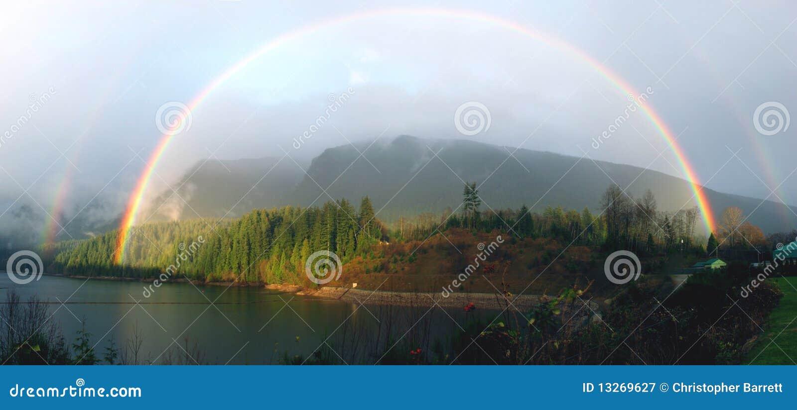 Arco iris doble lleno sobre el lago