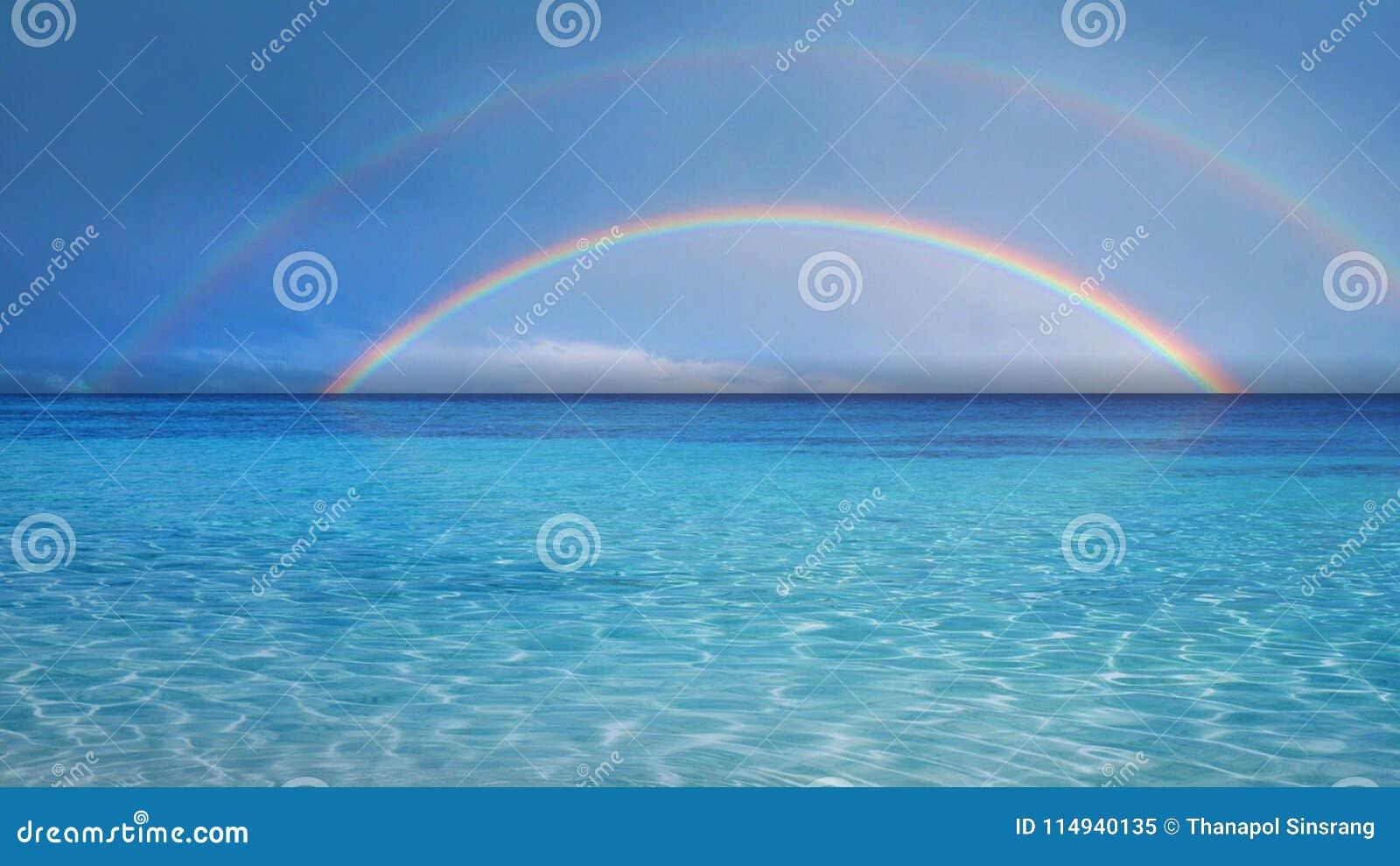 Arco iris doble sobre el mar