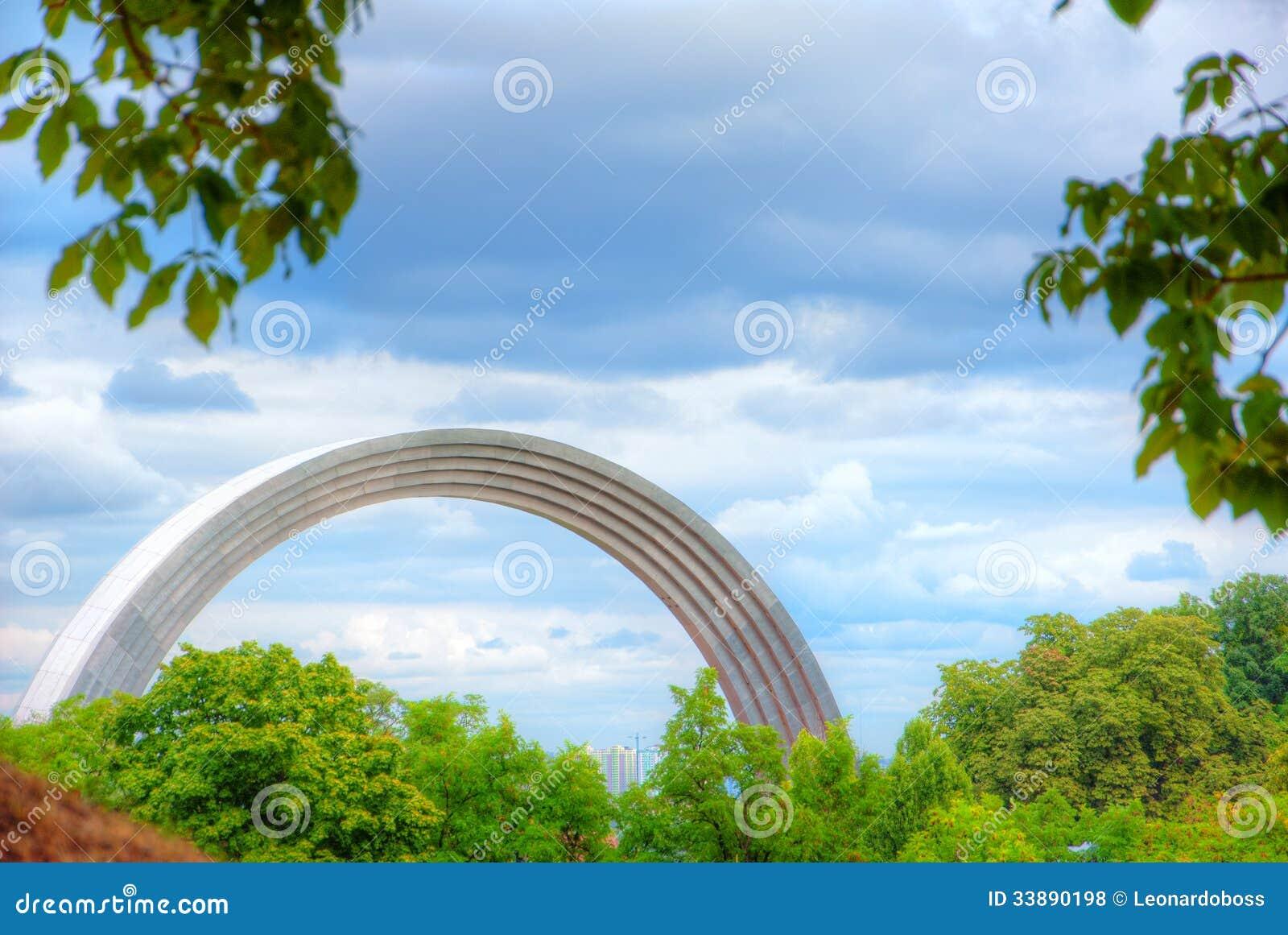 Arco iris Monumen de Raduga
