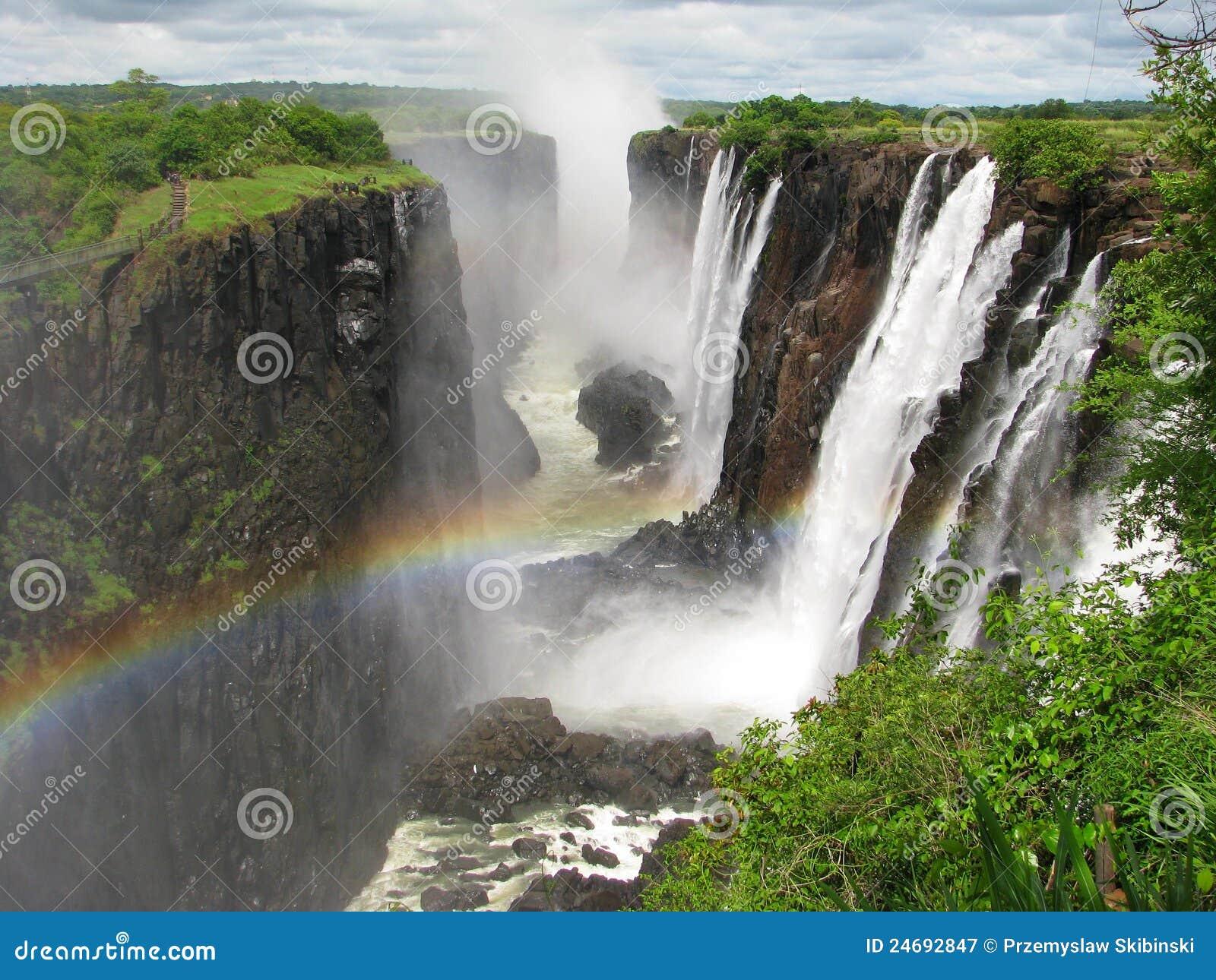 Arco iris sobre Victoria Falls en el río de Zambezi