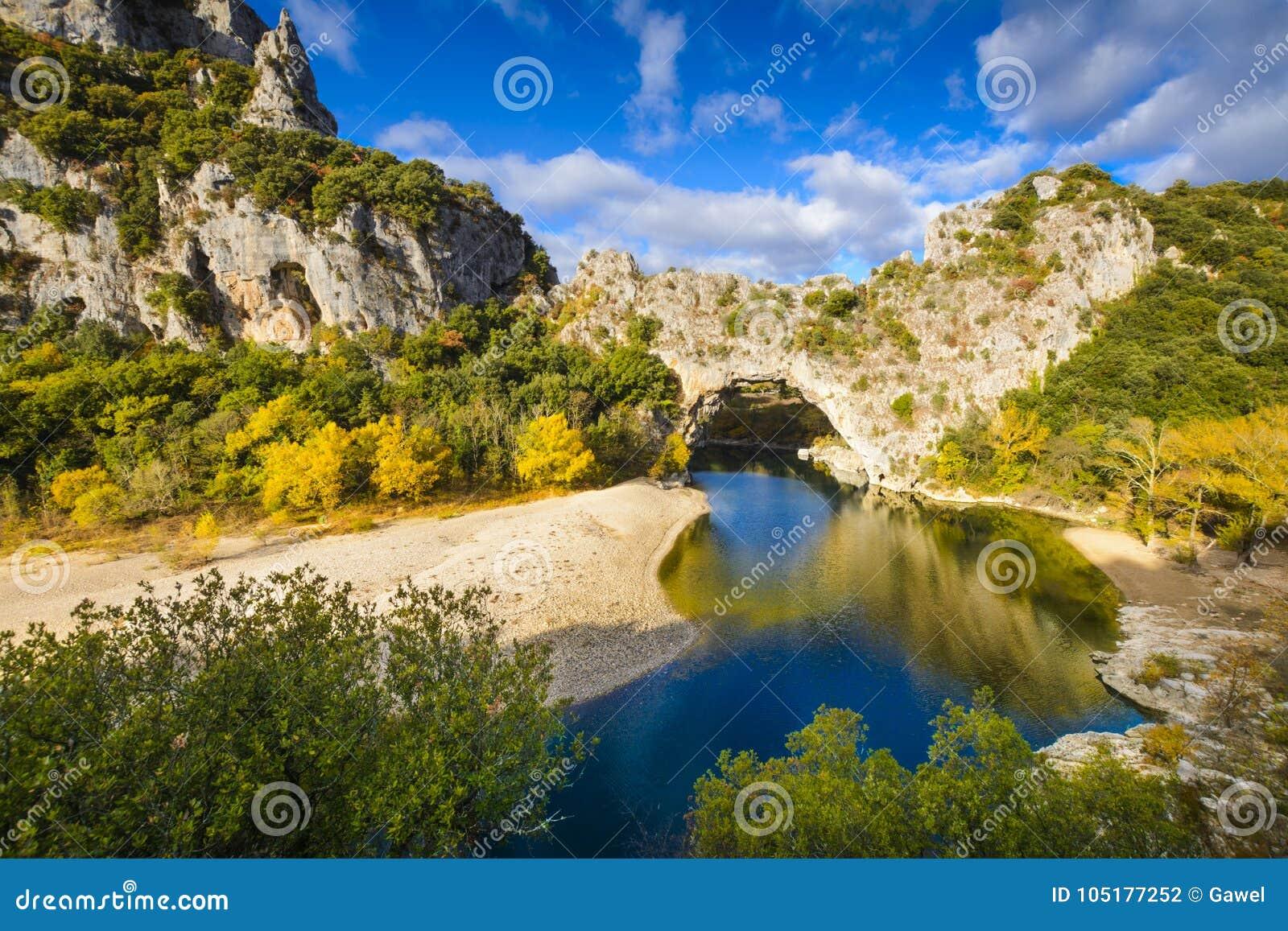 Arco natural sobre el río en el arco del ` de Pont d en Ardeche