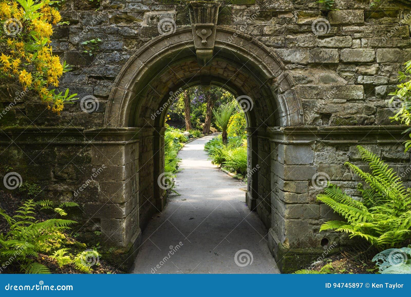 Arco nei giardini di hever immagine stock immagine di for Laghetti nei giardini