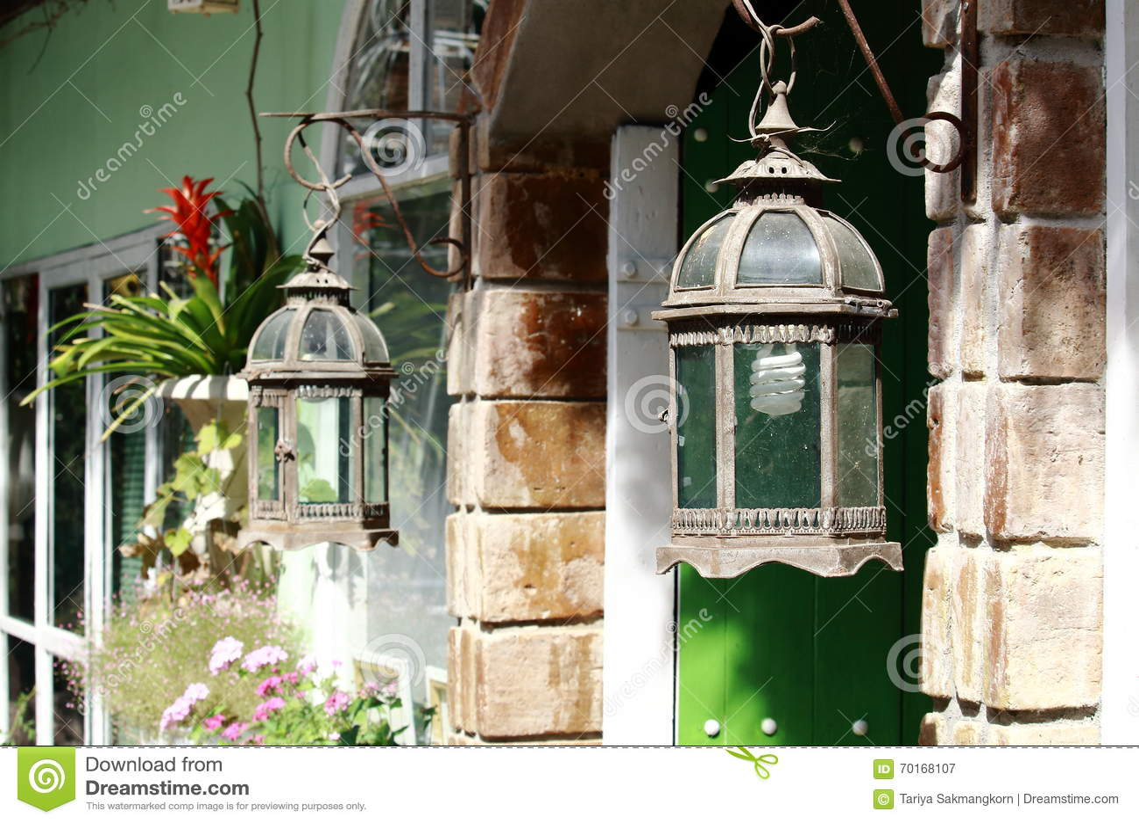 Arco velho do tijolo de Rusty Front Porch Light Hanging On