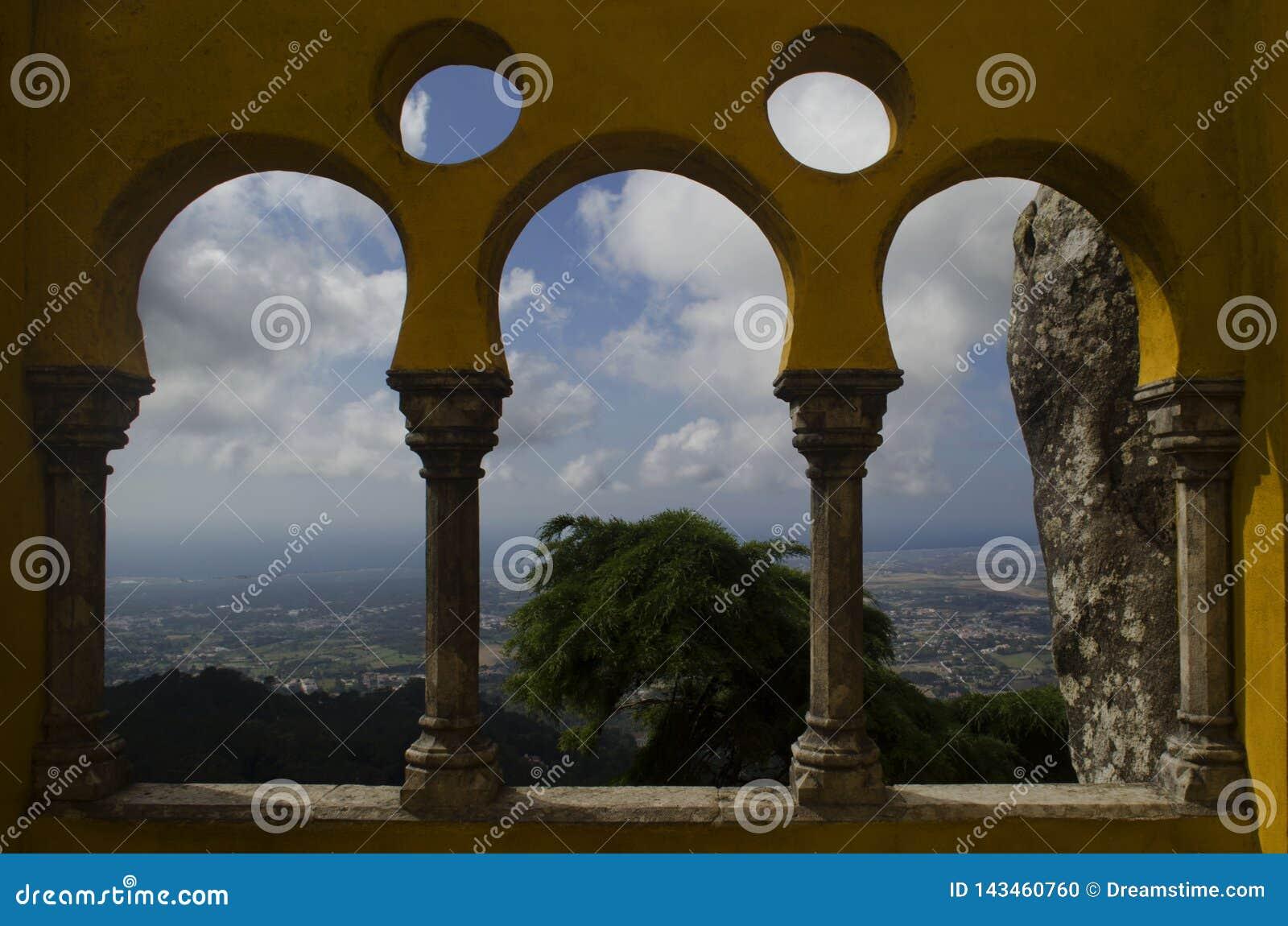 Arcos da arquitetura do castelo de Pena com natureza e cidade histórica do sintra