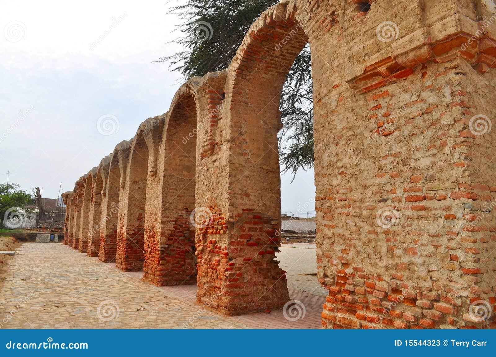 Arcos del ladrillo fotos de archivo imagen 15544323 for Arcos de ladrillo