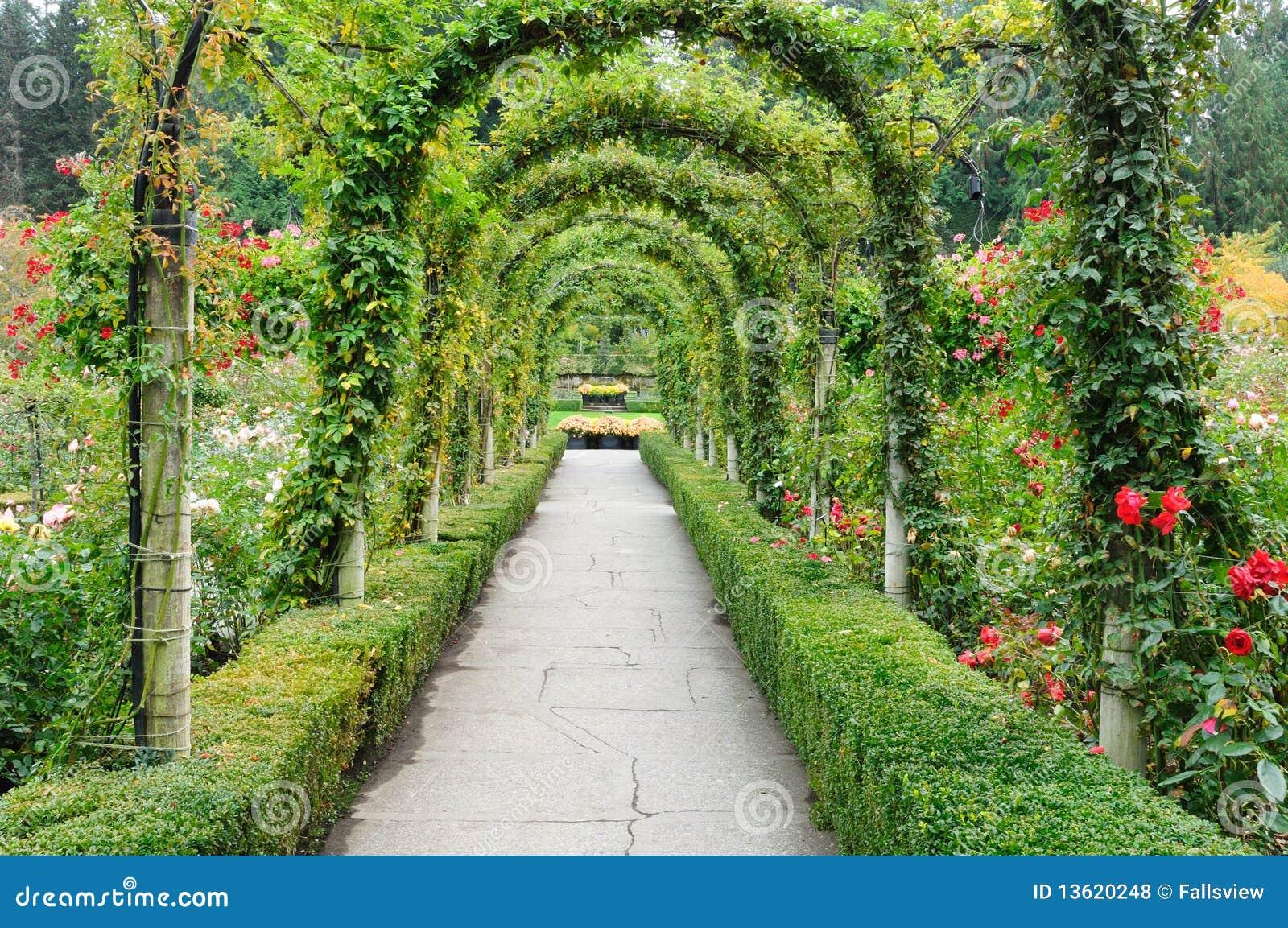 Arcos do jardim e trajeto bonitos dentro dos jardins históricos do