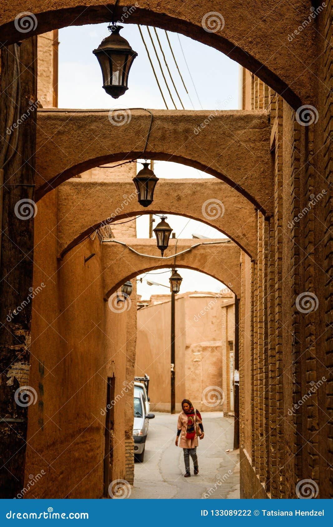 Arcos en las calles de la piedra arenisca en estilo persa tradicional