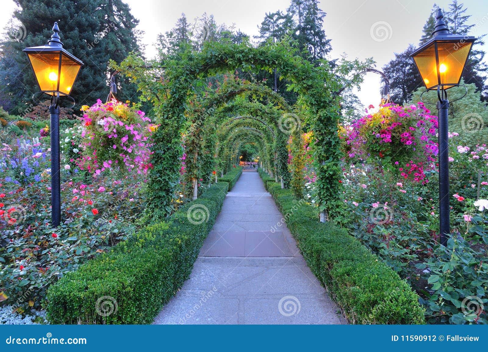 Arcos y camino del jard n fotograf a de archivo imagen - Arcos de jardin ...