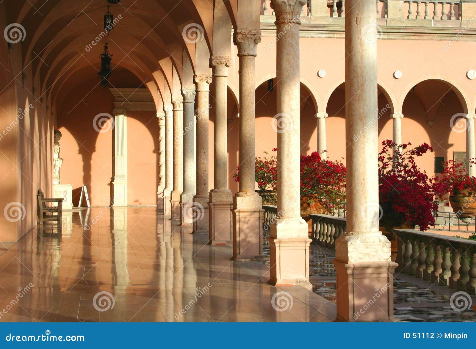 Arcos y columnas de la mansión meridional