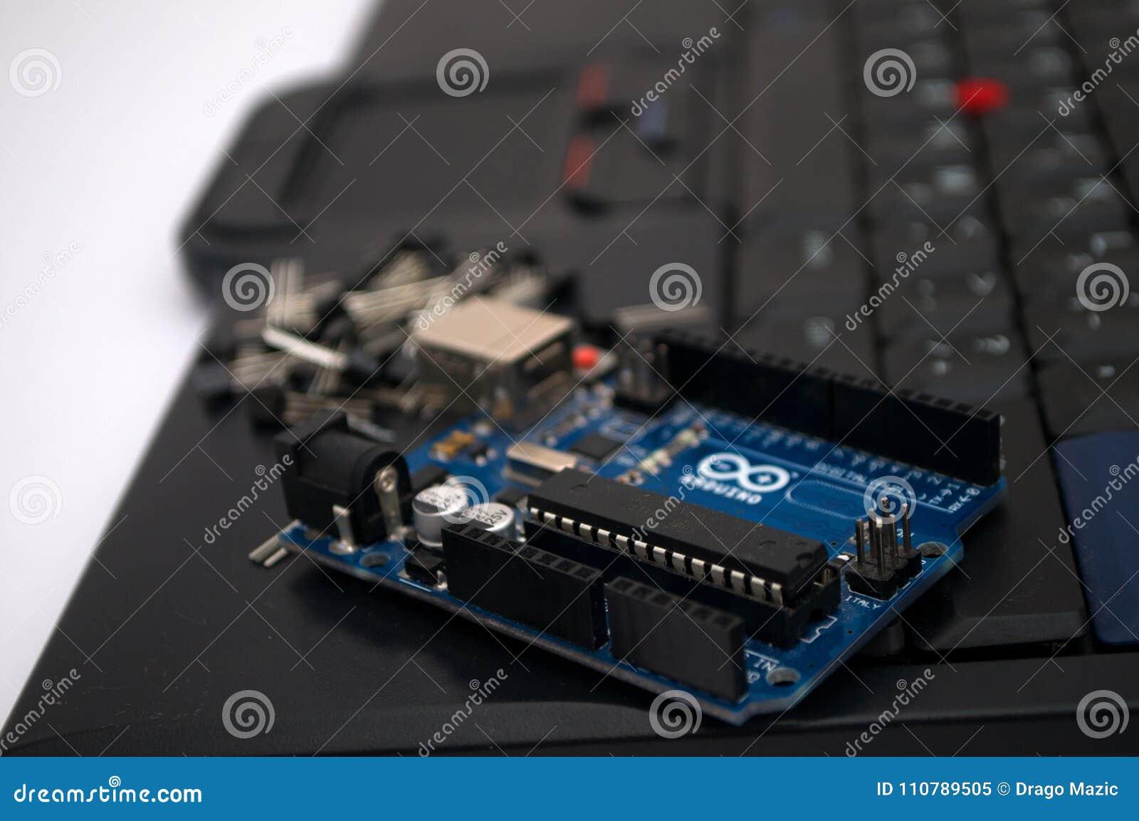 Arduino, transistor, protoboard com diodo emissor de luz alinhou
