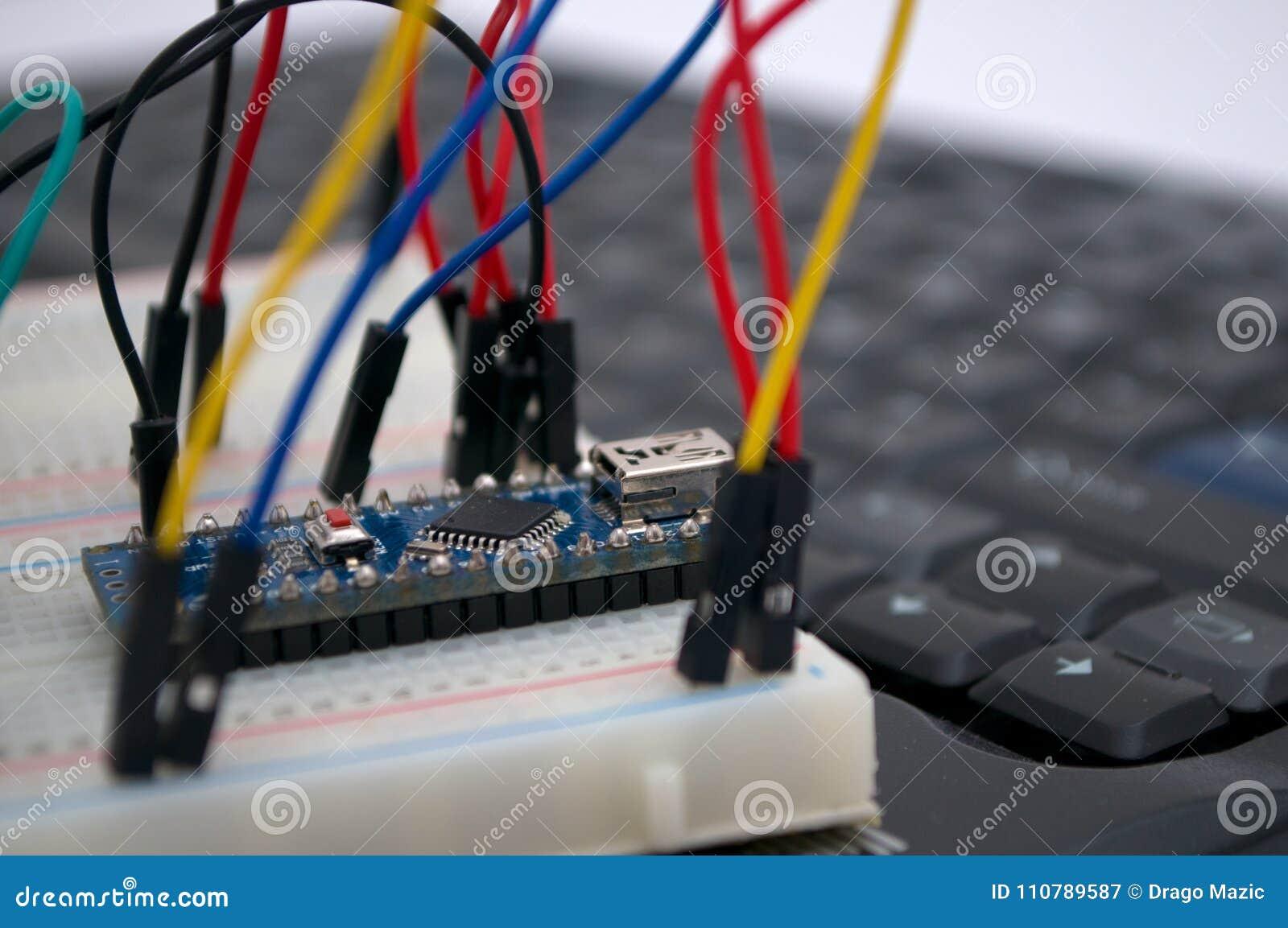 Arduino, transistores, protoboard con el LED se alineó