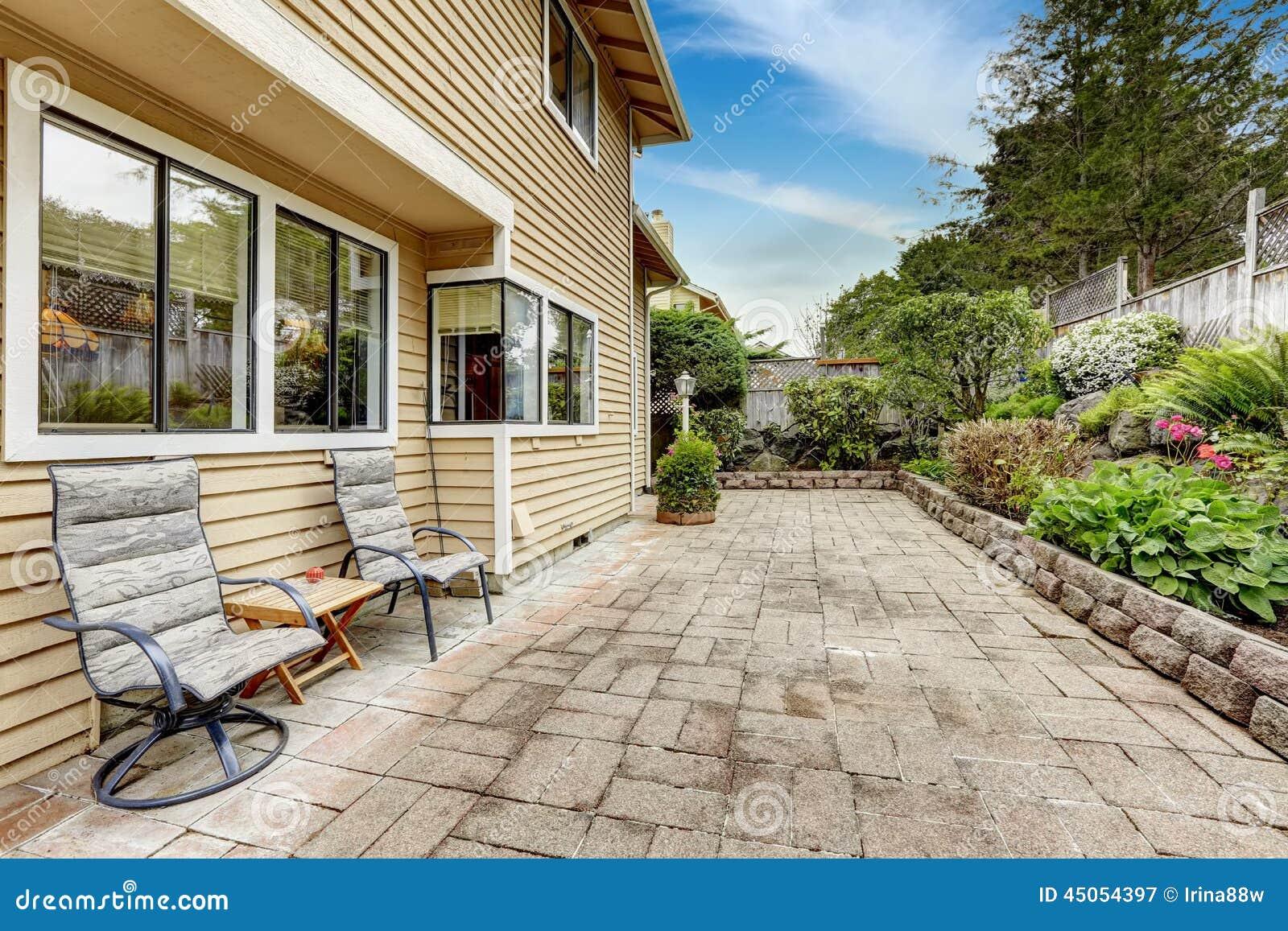Area del cortile con la pavimentazione in piastrelle di - Pavimentazione cortile esterno ...
