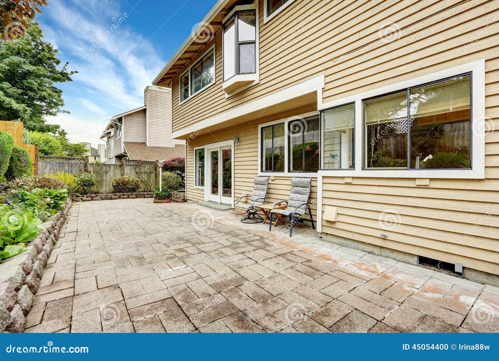 Area del cortile con la pavimentazione in piastrelle di - Piastrelle di pietra ...
