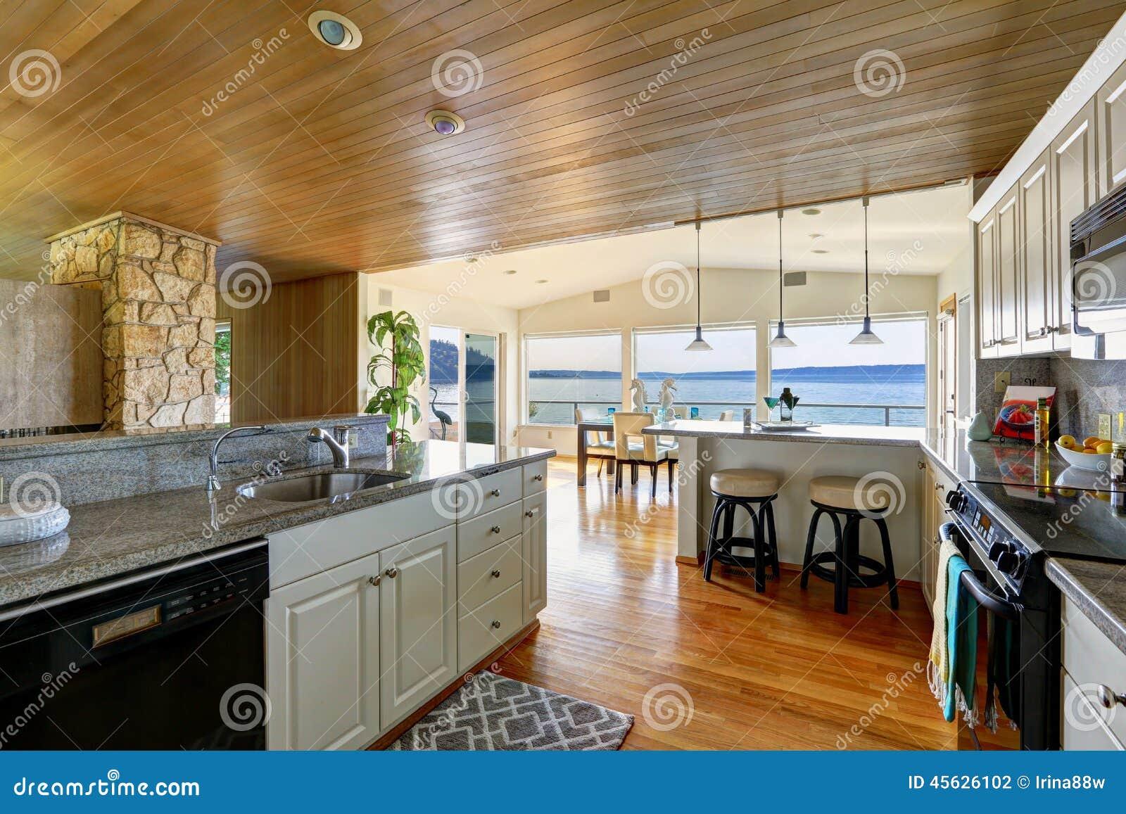 Area della cucina con il pavimento rivestito di legno duro for Soffitto della cattedrale di legno