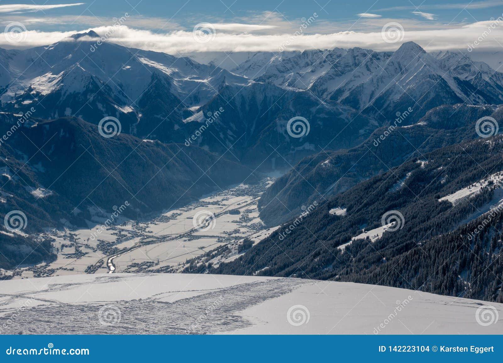 Area dello sci con i cieli blu ed i pendii bianchi