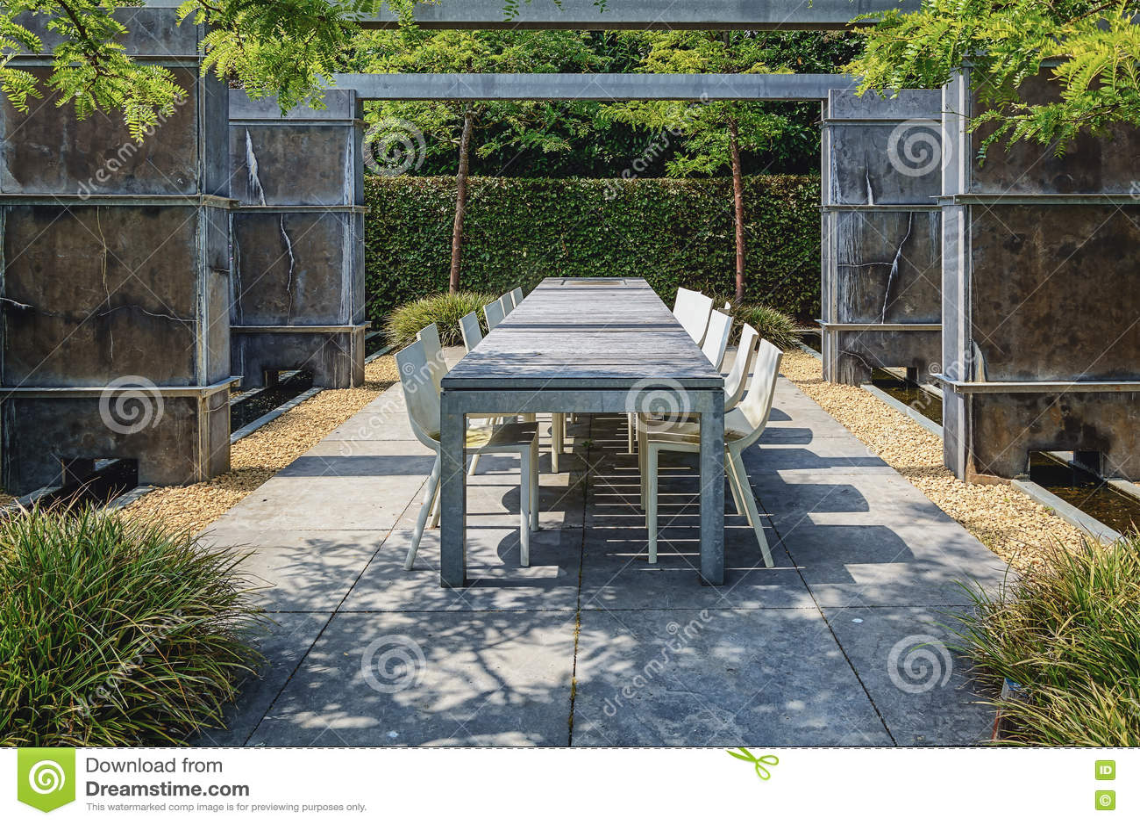 Area di disposizione dei posti a sedere del patio nel giardino ...