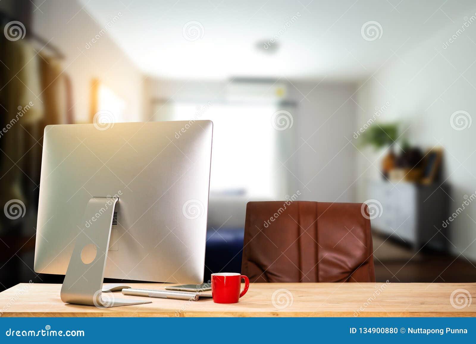 Area di lavoro di vista frontale con il computer,