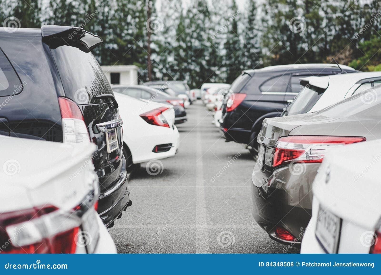 Area di parcheggio con la via