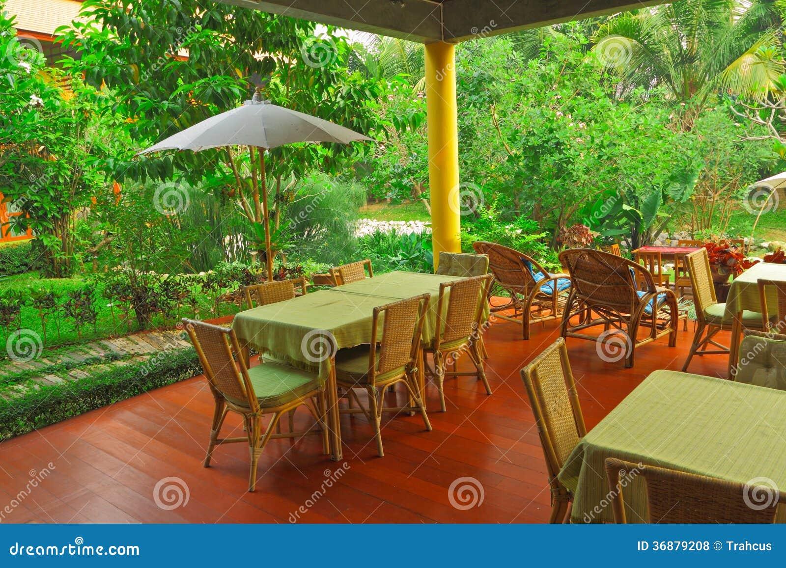 Download Area Di Rilassamento Sotto Il Primo Piano Fra Il Giardino Floreale Fotografia Stock - Immagine di flora, thailand: 36879208