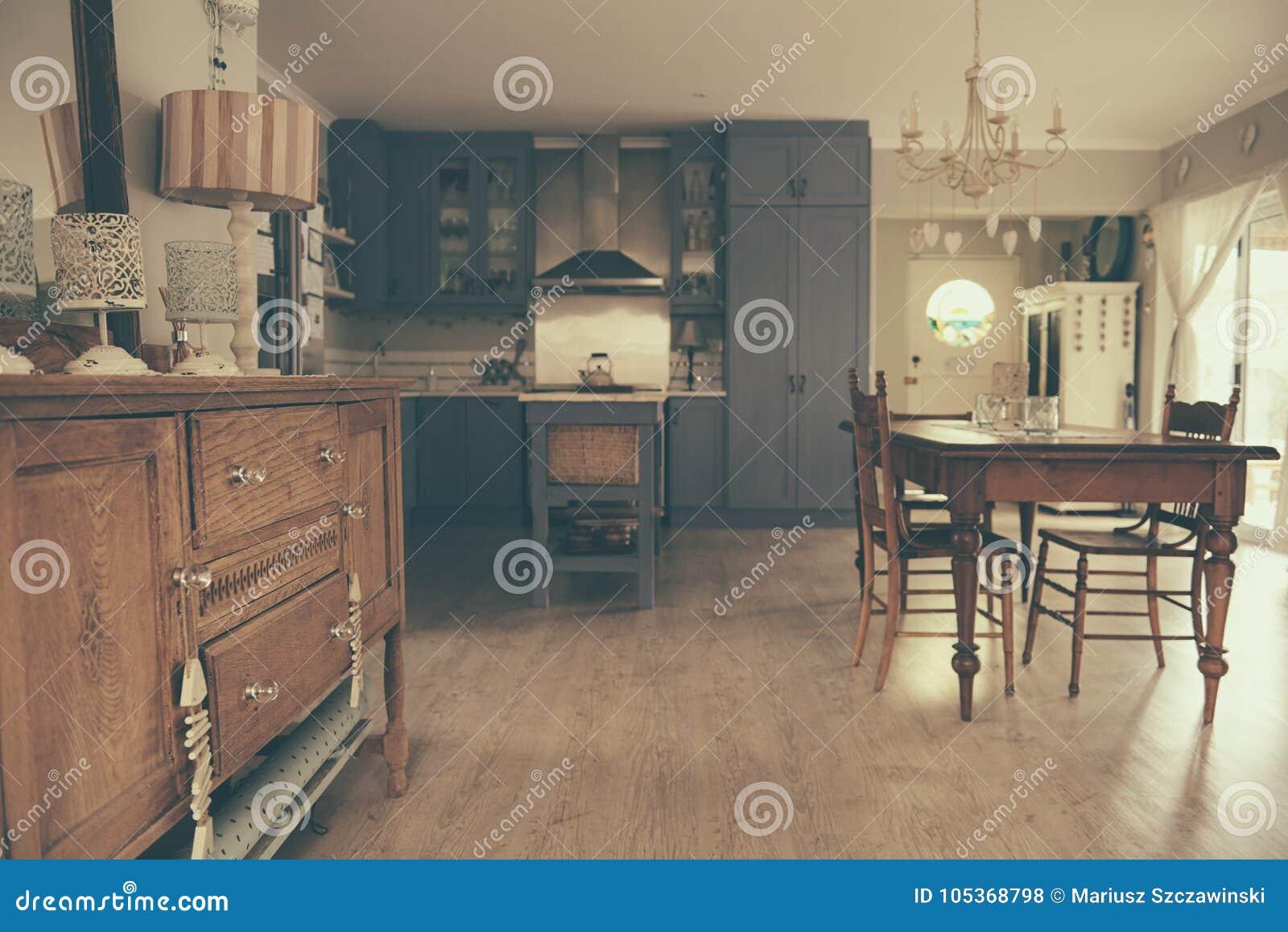 Area Pranzante E Cucina Stile Country Di Una Casa Fotografia Stock ...