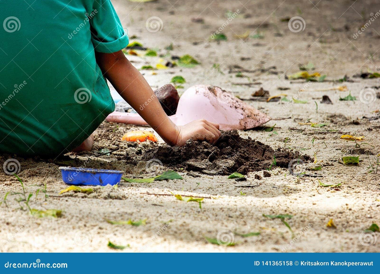 Areia do jogo da criança no parque