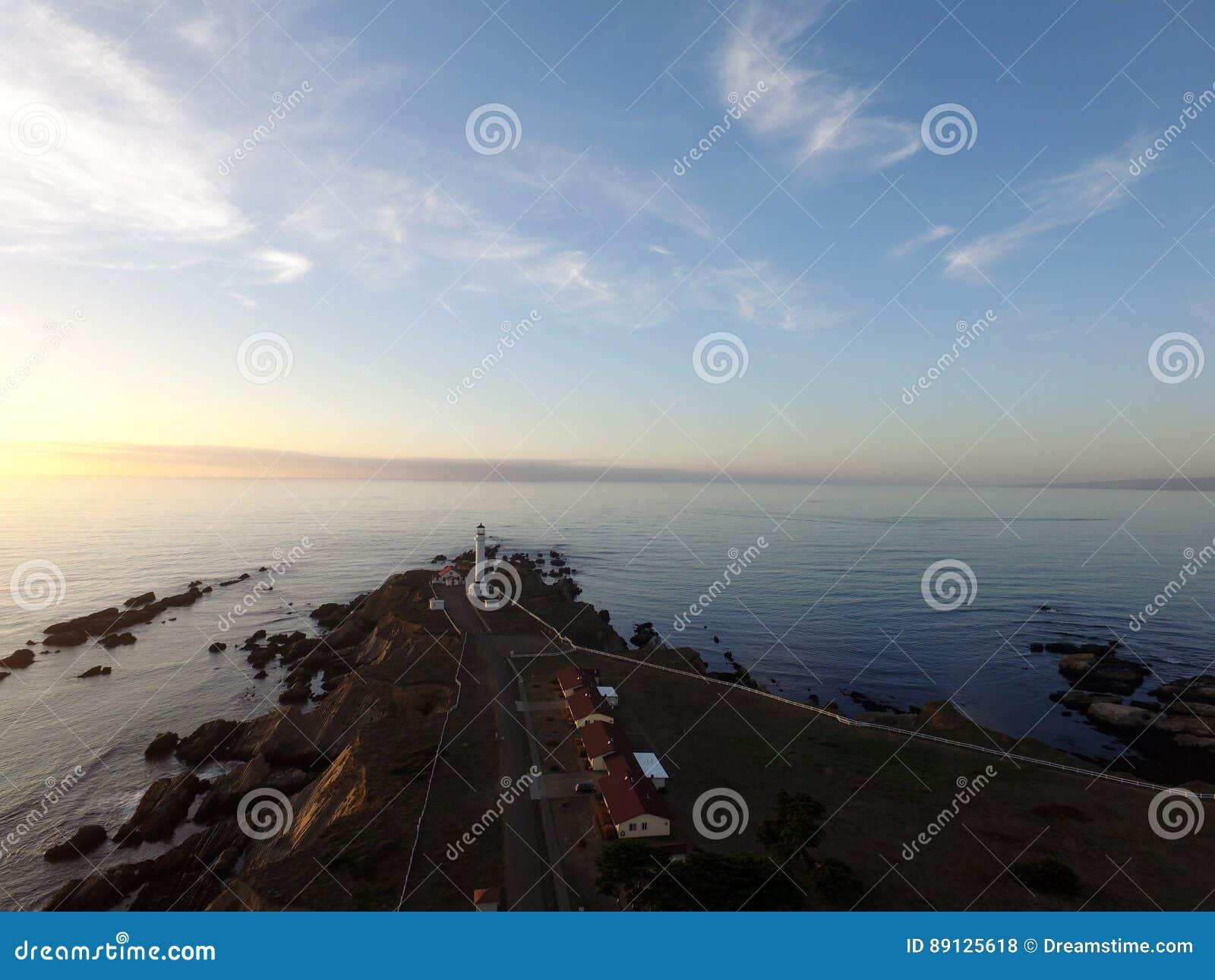 Arena Califórnia do ponto do farol no por do sol