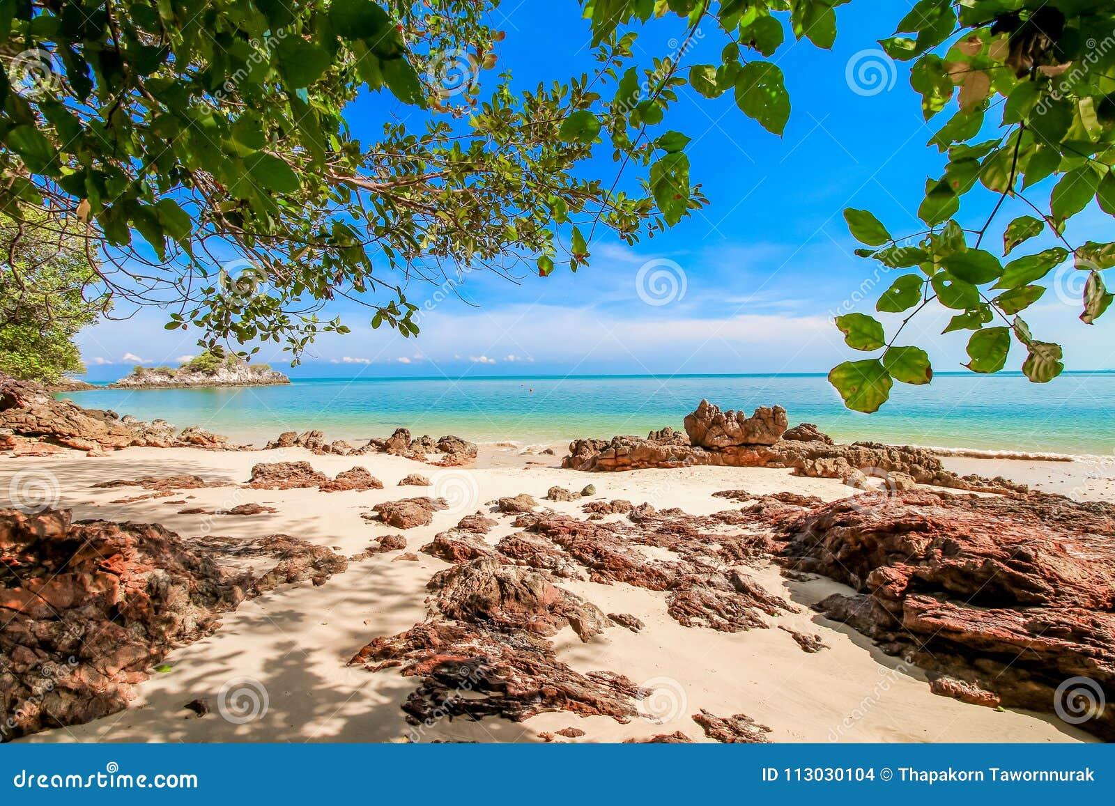 Arena de la playa con el cielo azul