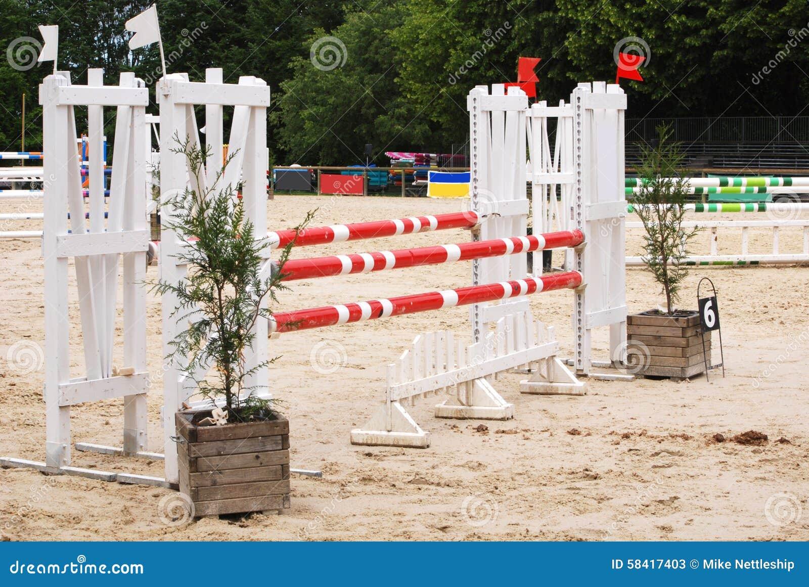 Arena de salto do cavalo em Le Pompidou França