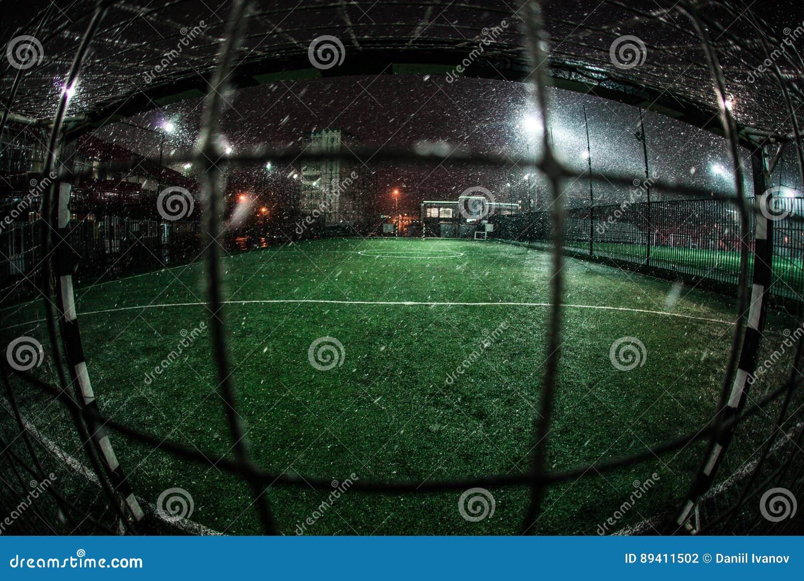 Arena do futebol em projetores brilhantes iluminados noite