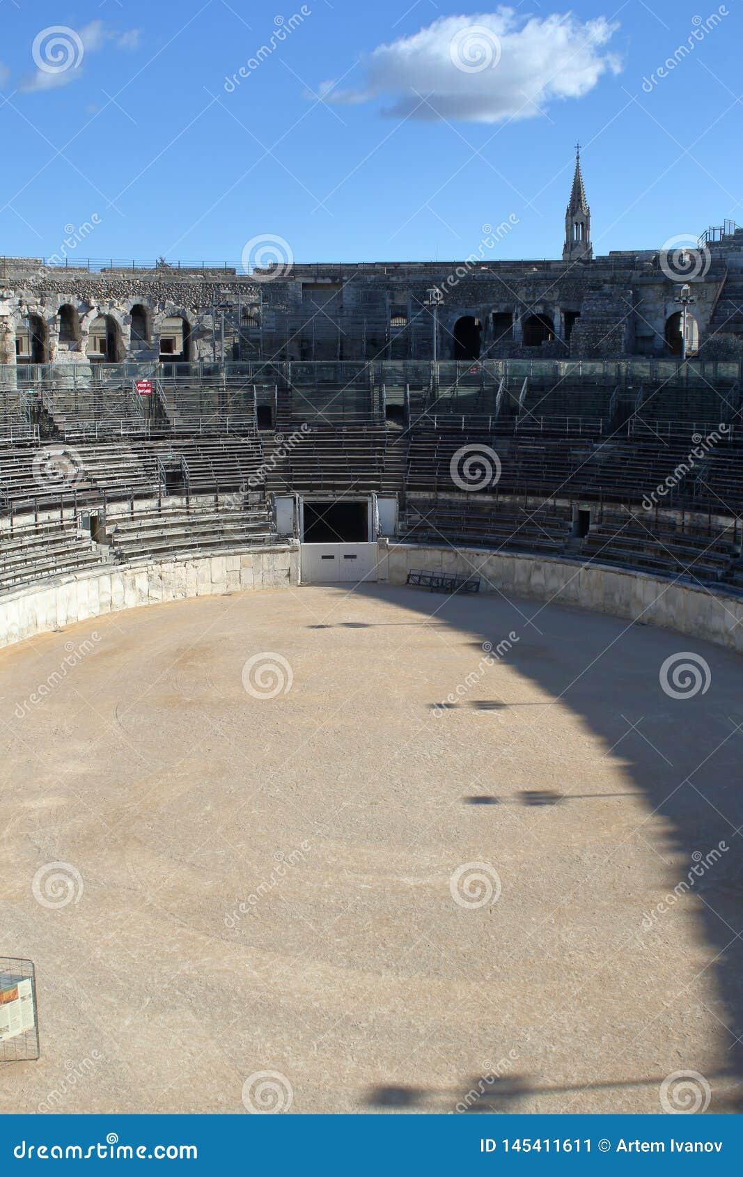 Arena Nimes Wewnętrzny widok amfiteatr i stojaki