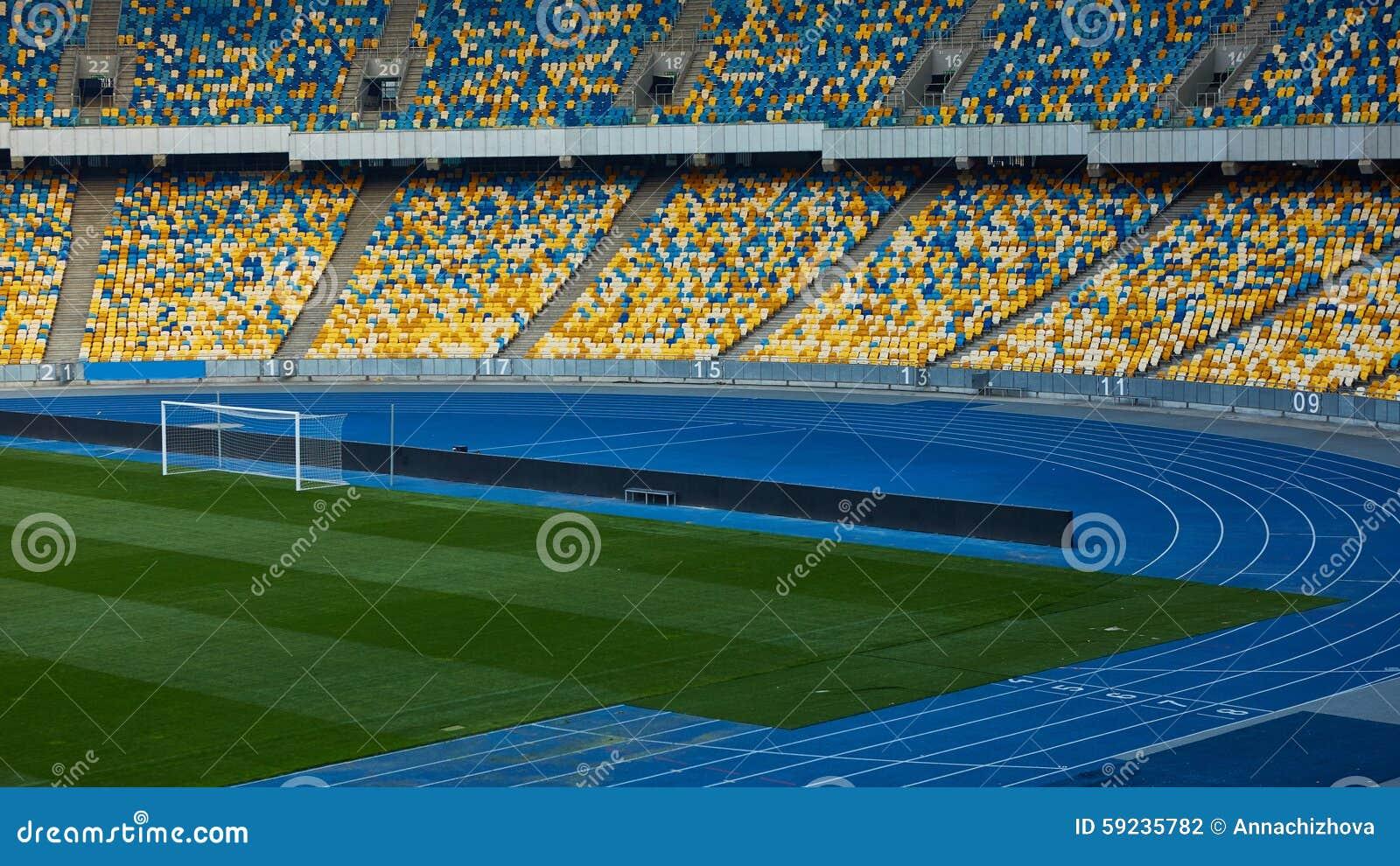 Arena vacía enorme del fútbol
