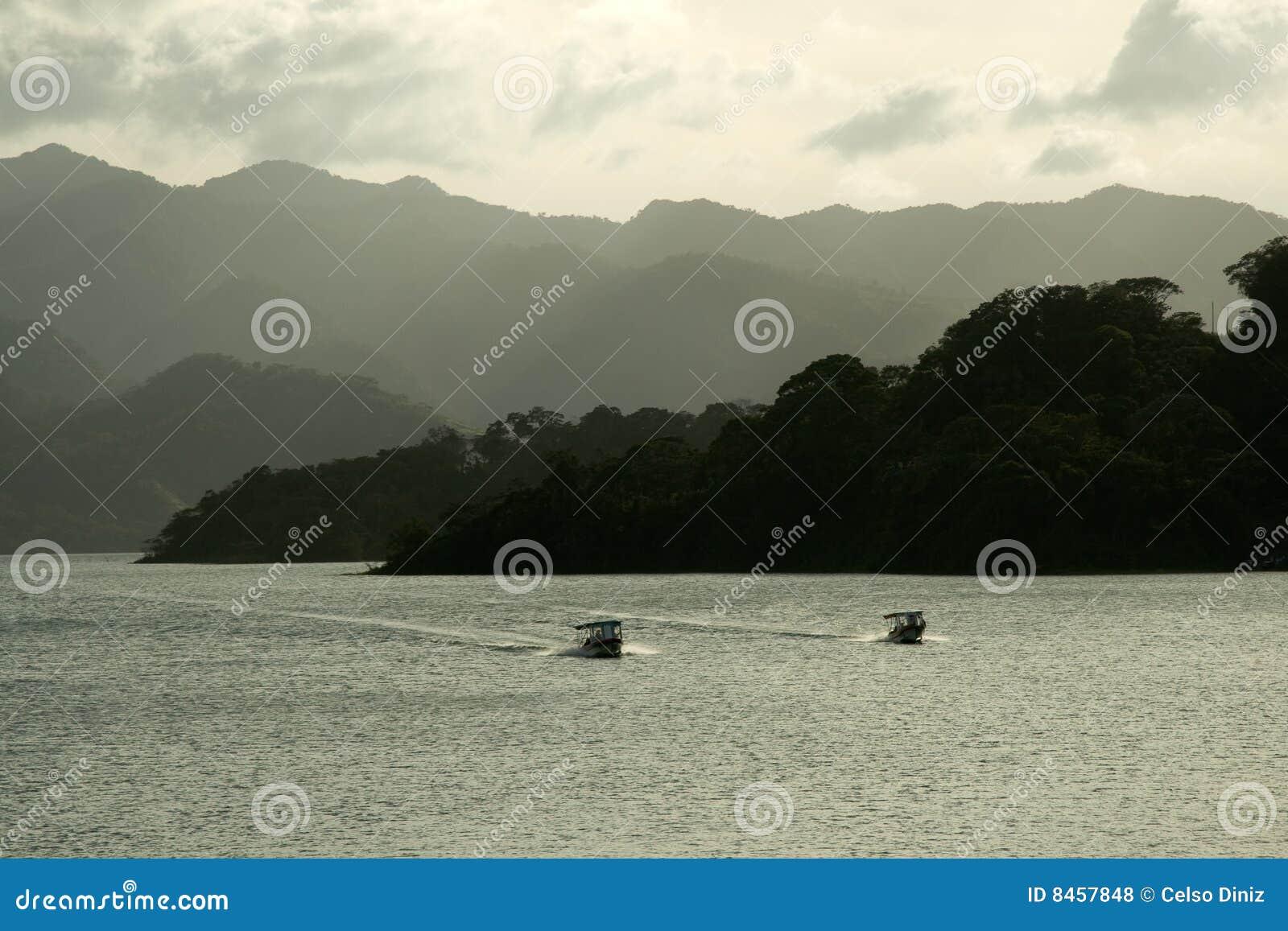 Arenal tät lake till vulkan