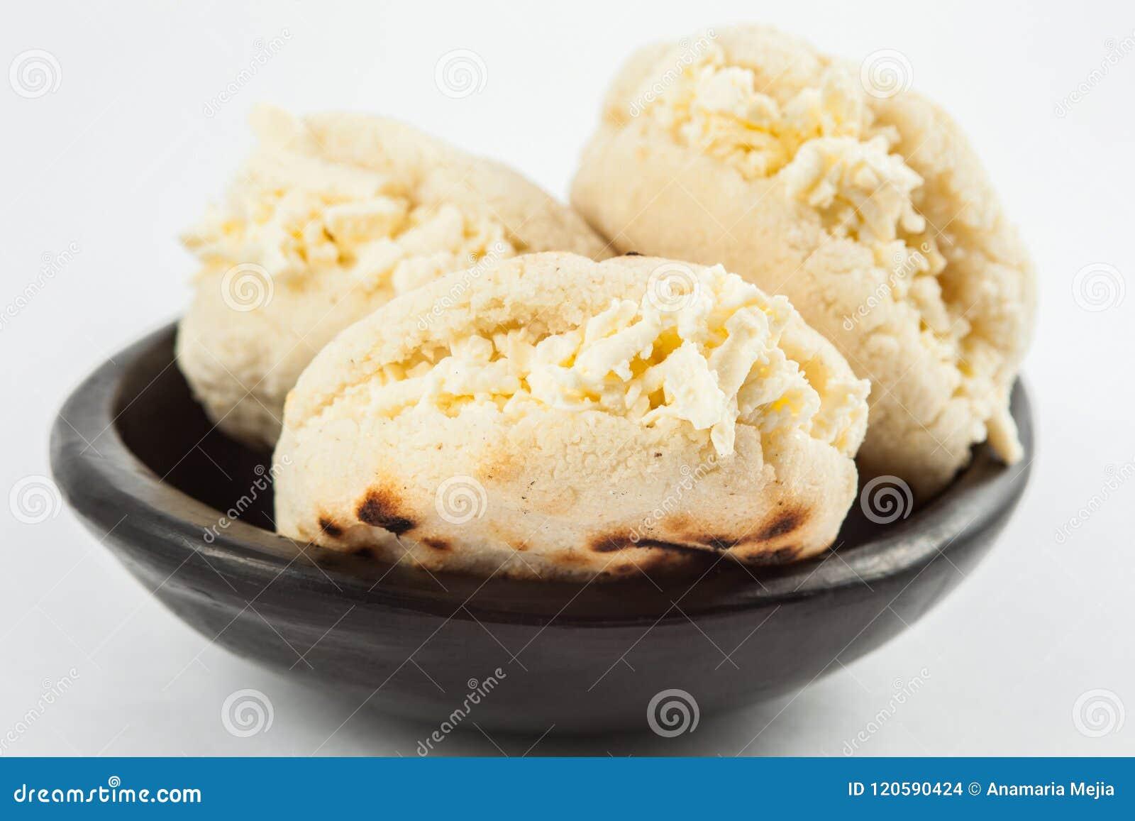 Arepa Blanco Tradicional Colombiano Del Maiz Relleno Con Queso Rallado Foto De Archivo Imagen De Queso Rallado 120590424