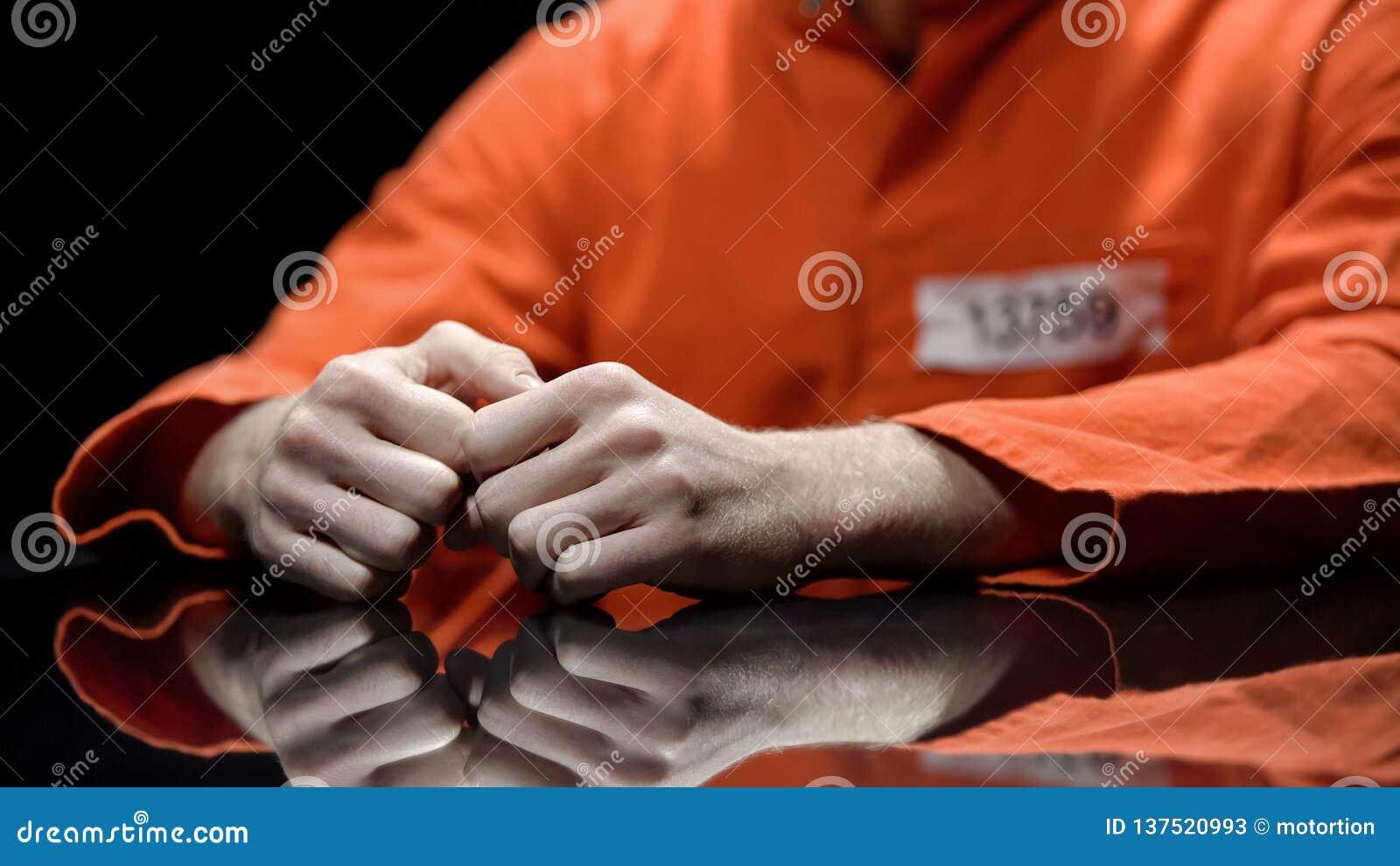 Aresztująca osoba wręcza zbliżenie, więzień opowiada prawnik podczas przesłuchania