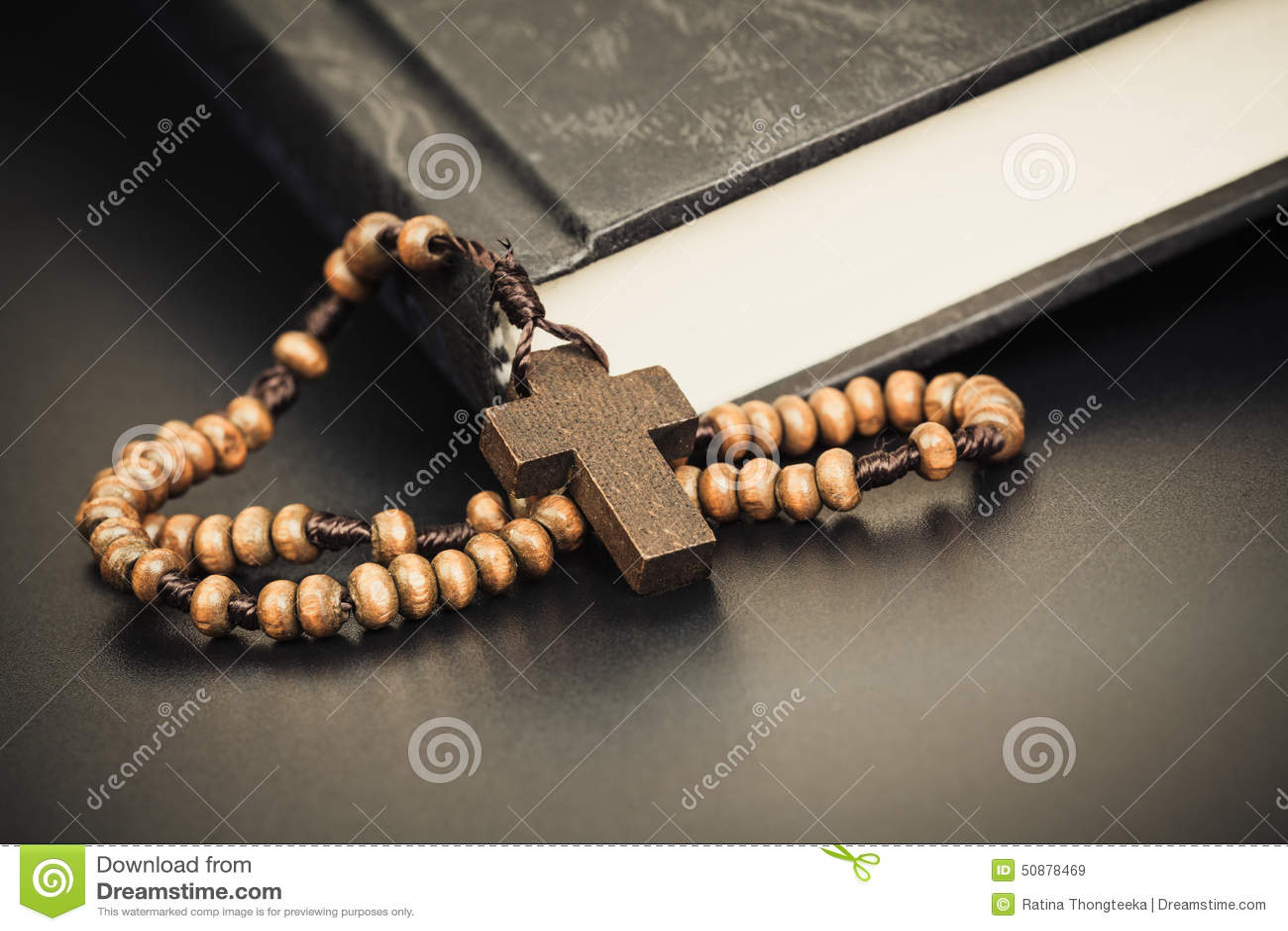 Arg halsband för kristen på boken för helig bibel, conc Jesus religion