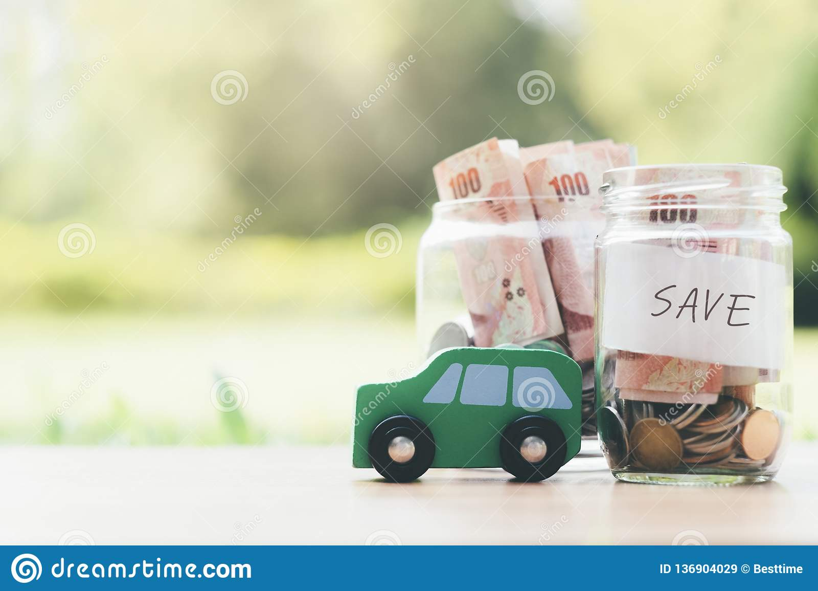 Argent économisant de finances et de prêt automobile pour une voiture
