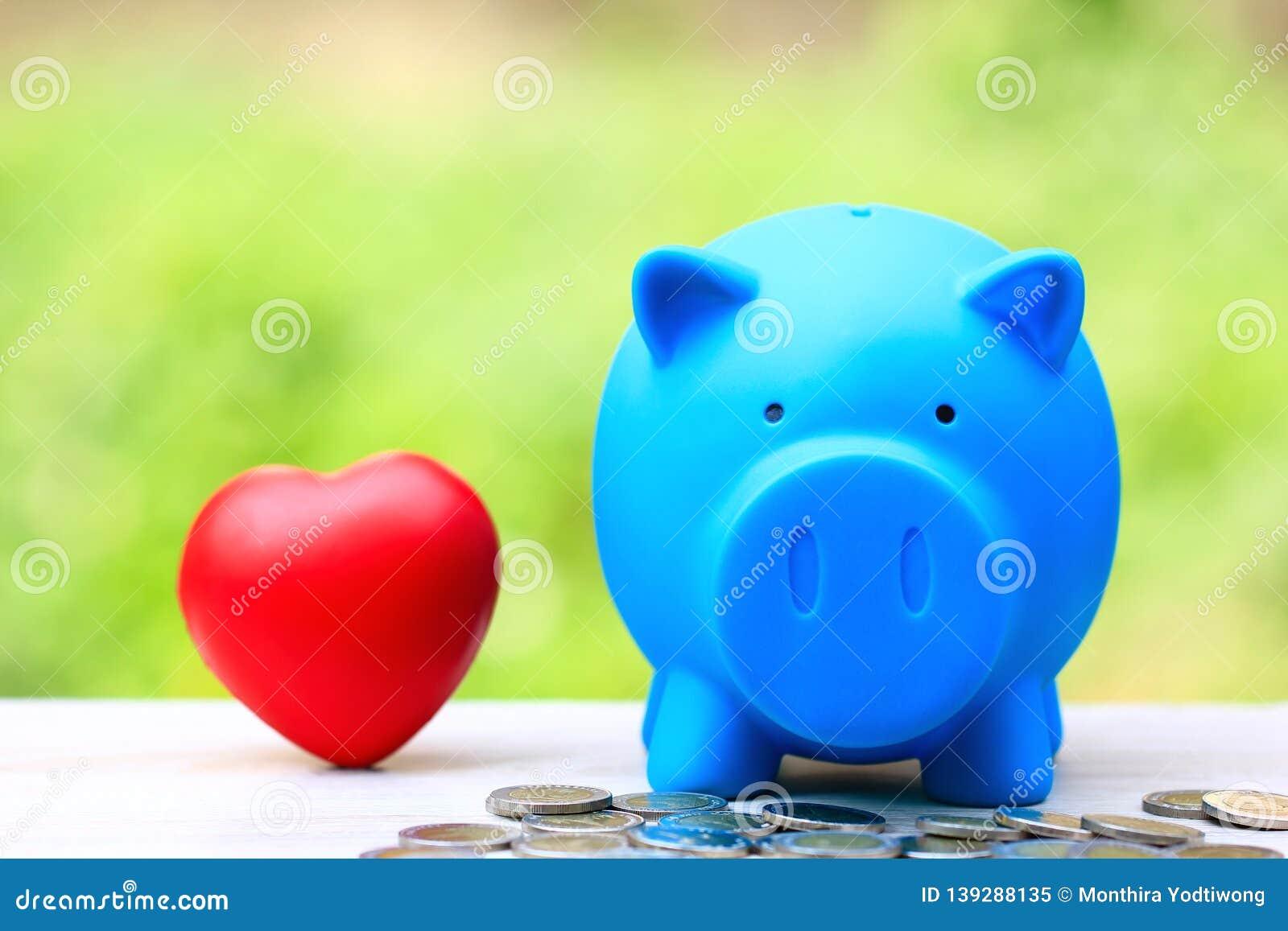 Argent économisant pour l amant ou la famille et préparer dans le futur concept, tirelire bleue avec le coeur rouge sur le fond