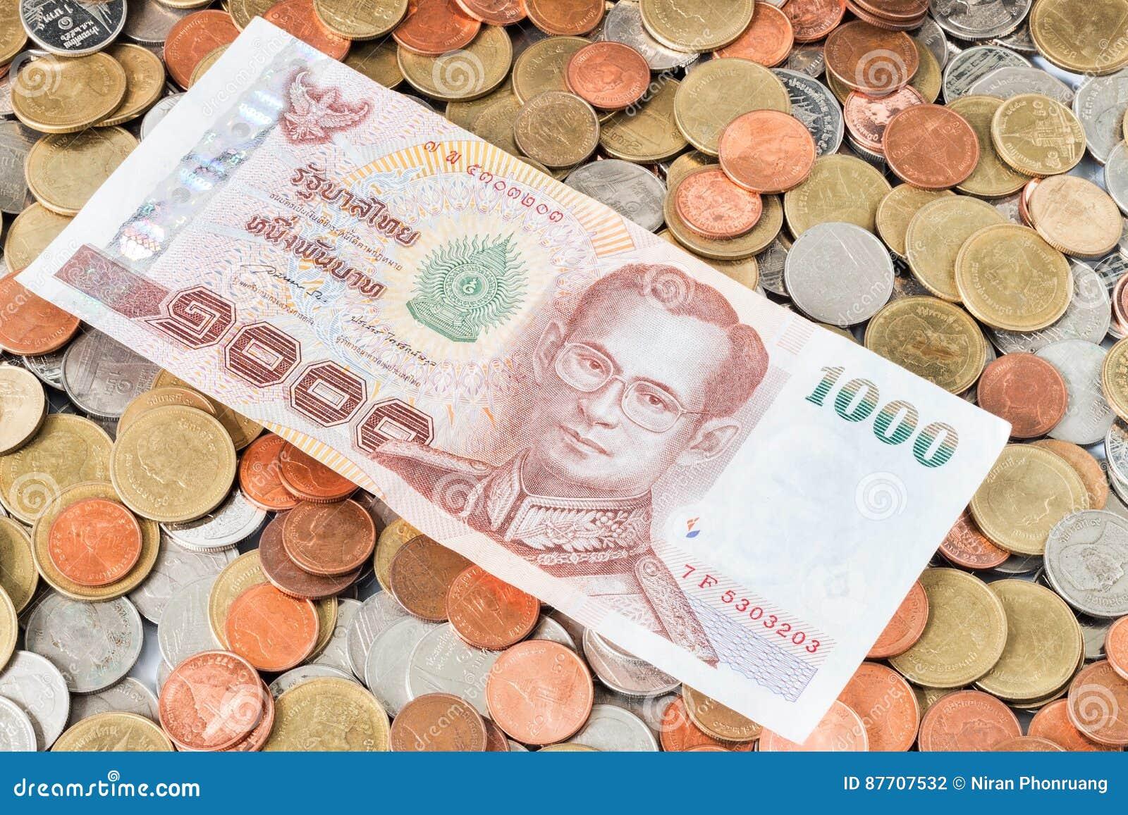Argent liquide sur des pièces de monnaie, devise