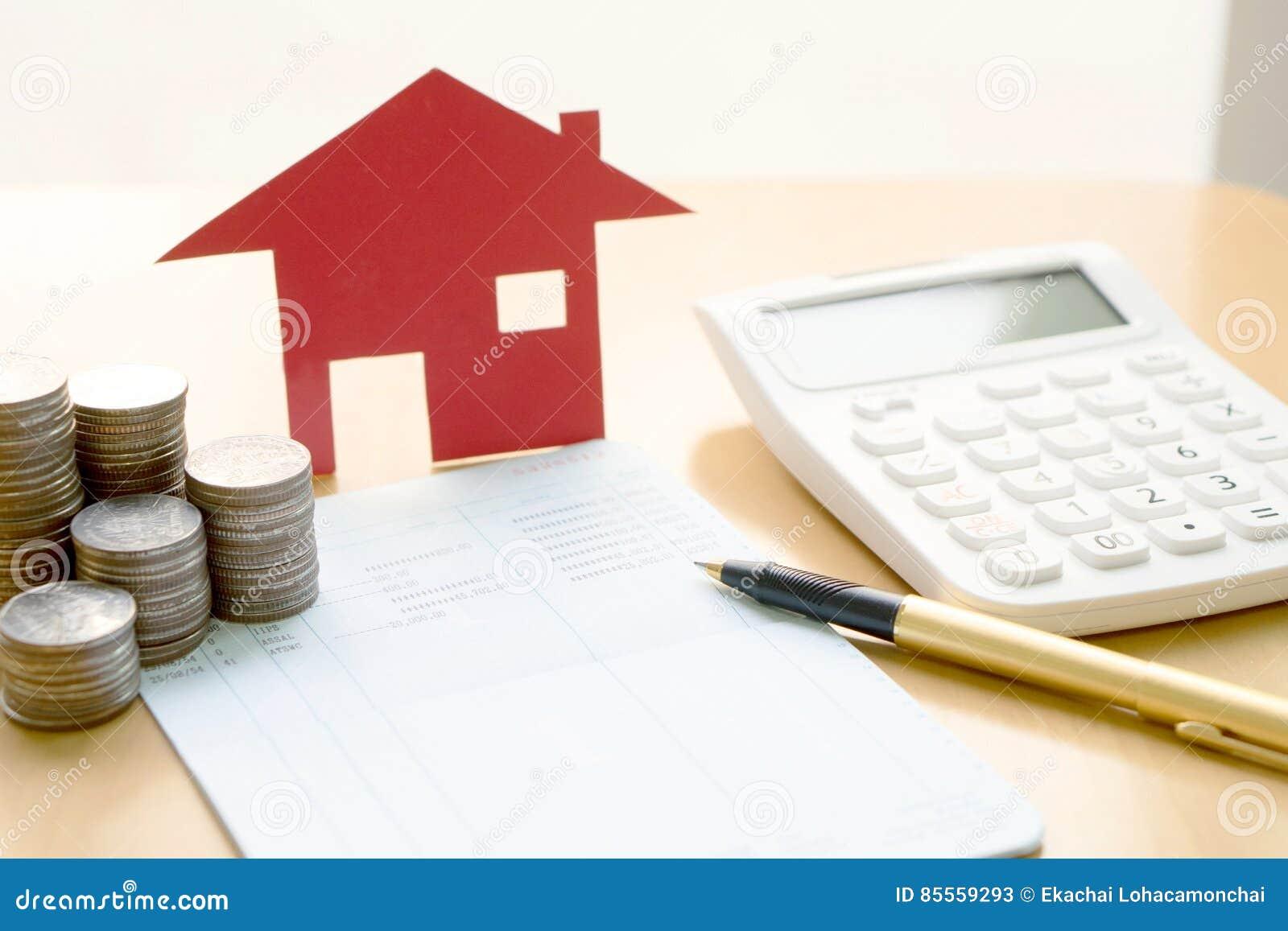 argent, pièce de monnaie de pile avec le livret d'épargne et maison