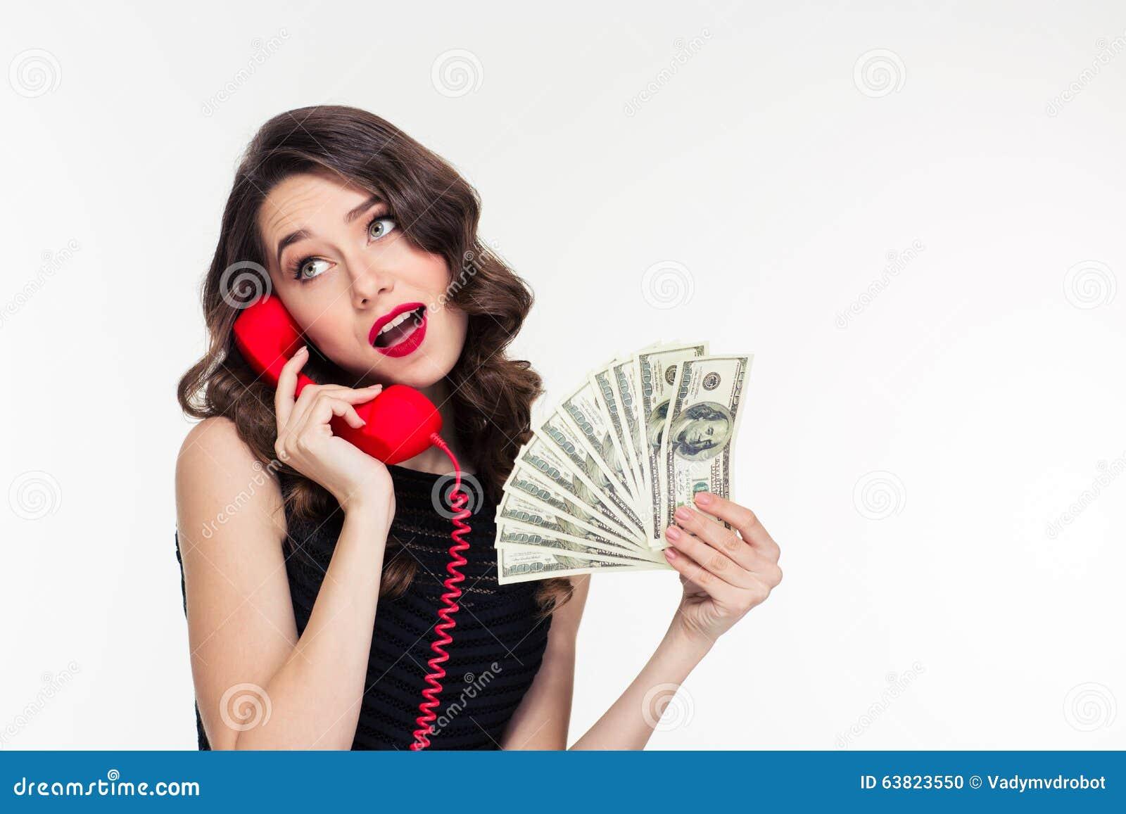Argent se tenant femelle bouclé joyeux attrayant et parler au téléphone